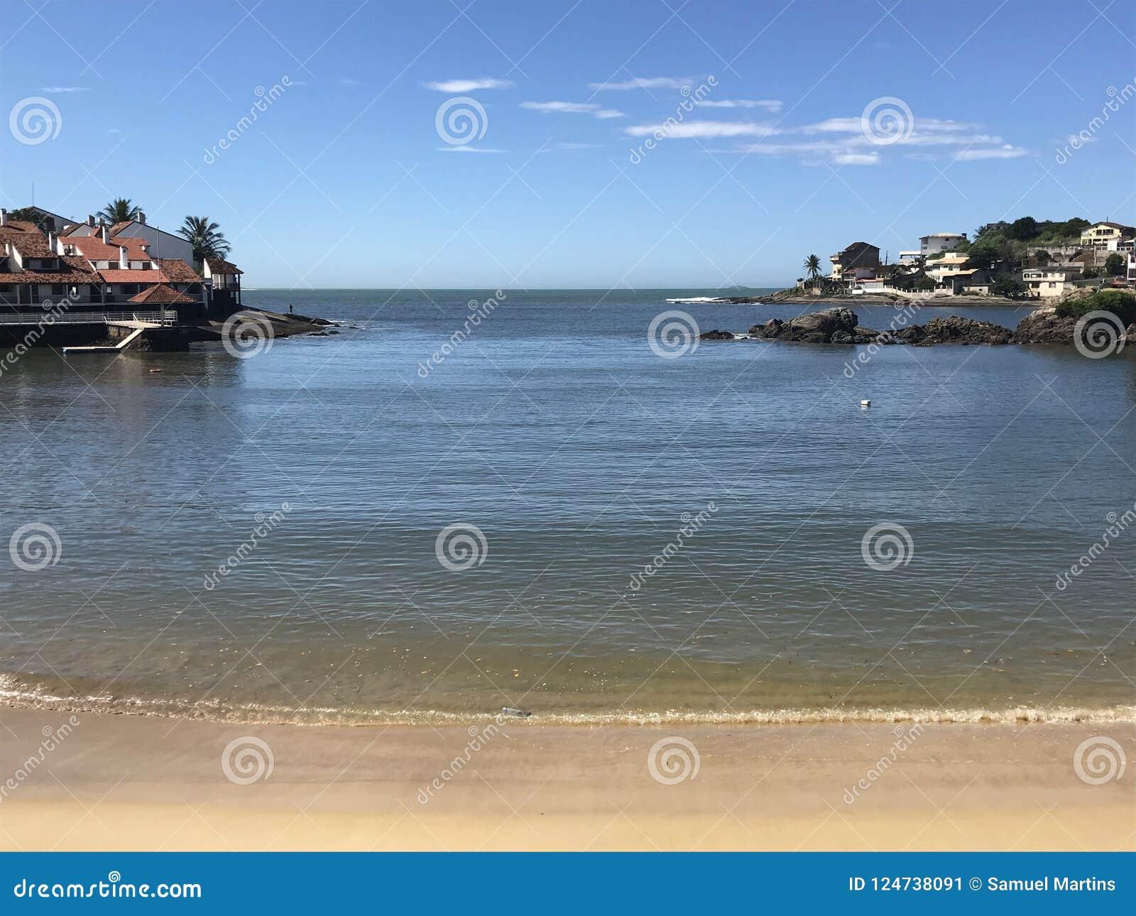 Costa bonita de uma praia em Espirito Santo Brazil