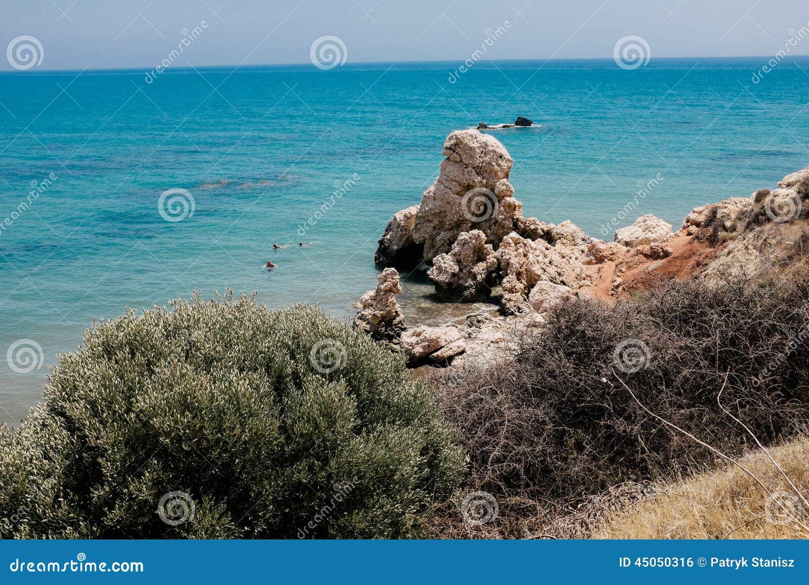 Costa costa y mar en Chipre