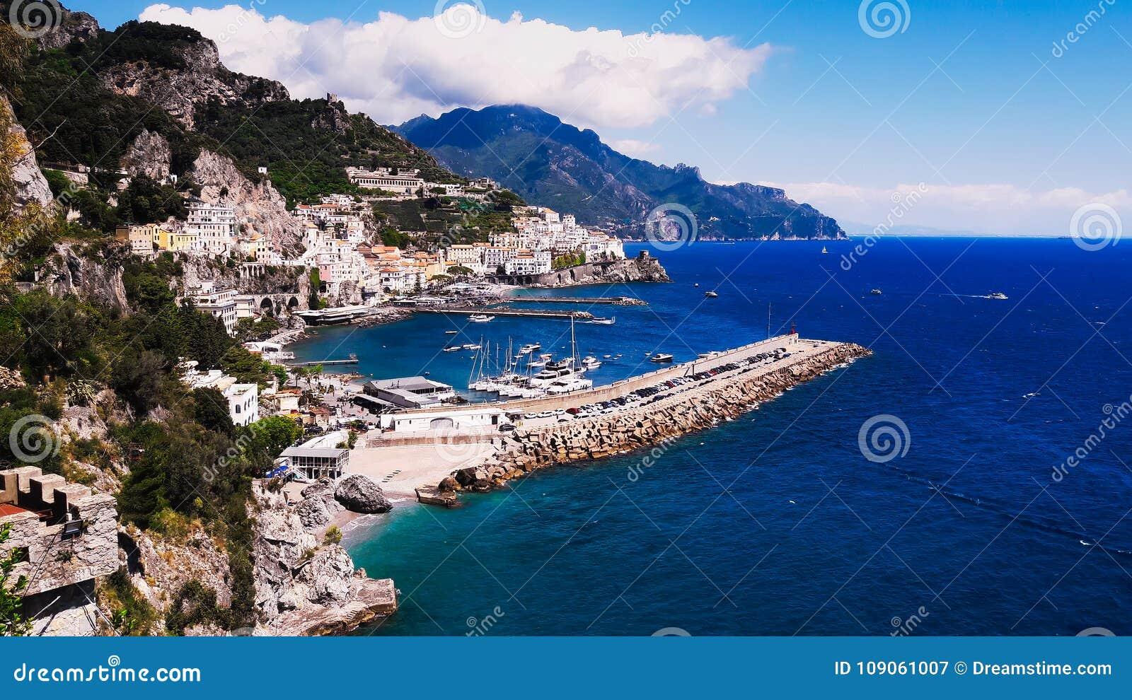 Costa de Amalfi, Italia meridional, mar azul, nubes, cielo azul