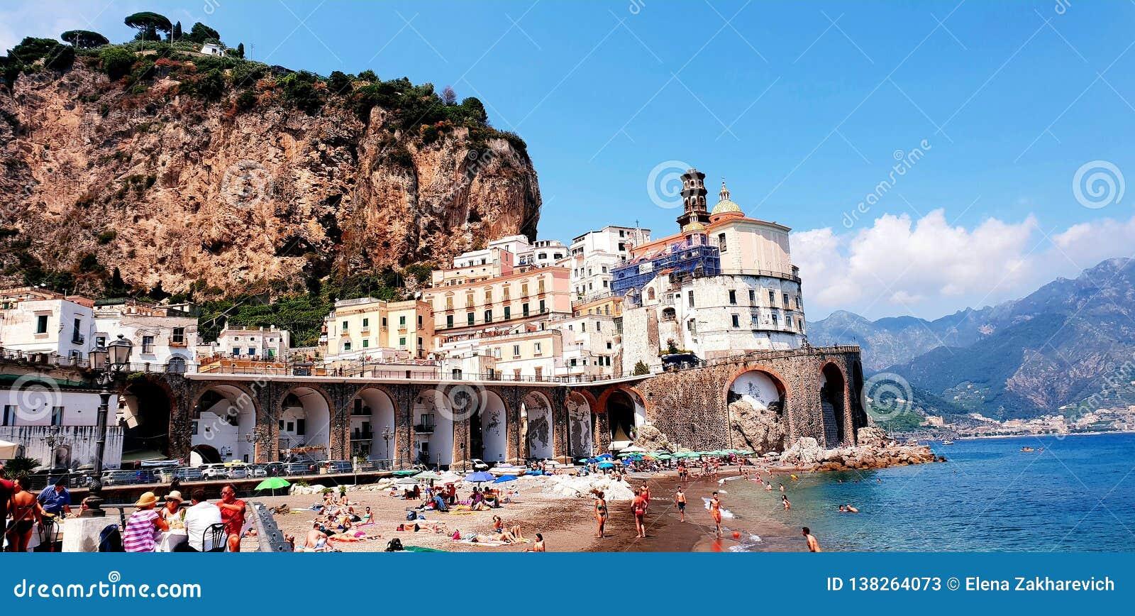 Costa de Amalfi, mar do verão e opinião da praia