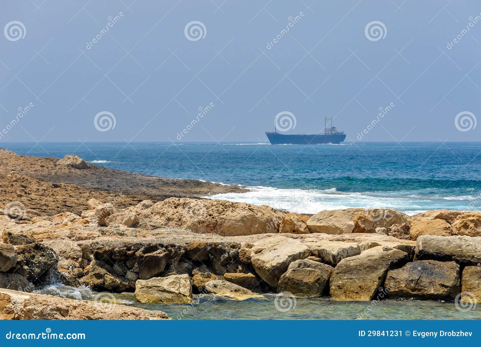 Costa de mar e navios de carga