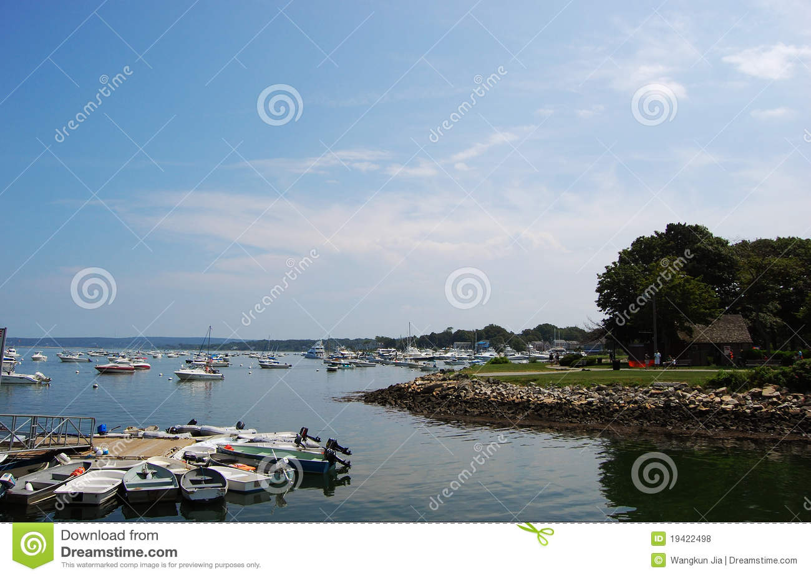 Costa de mar rochosa em Plymouth, Massachusetts