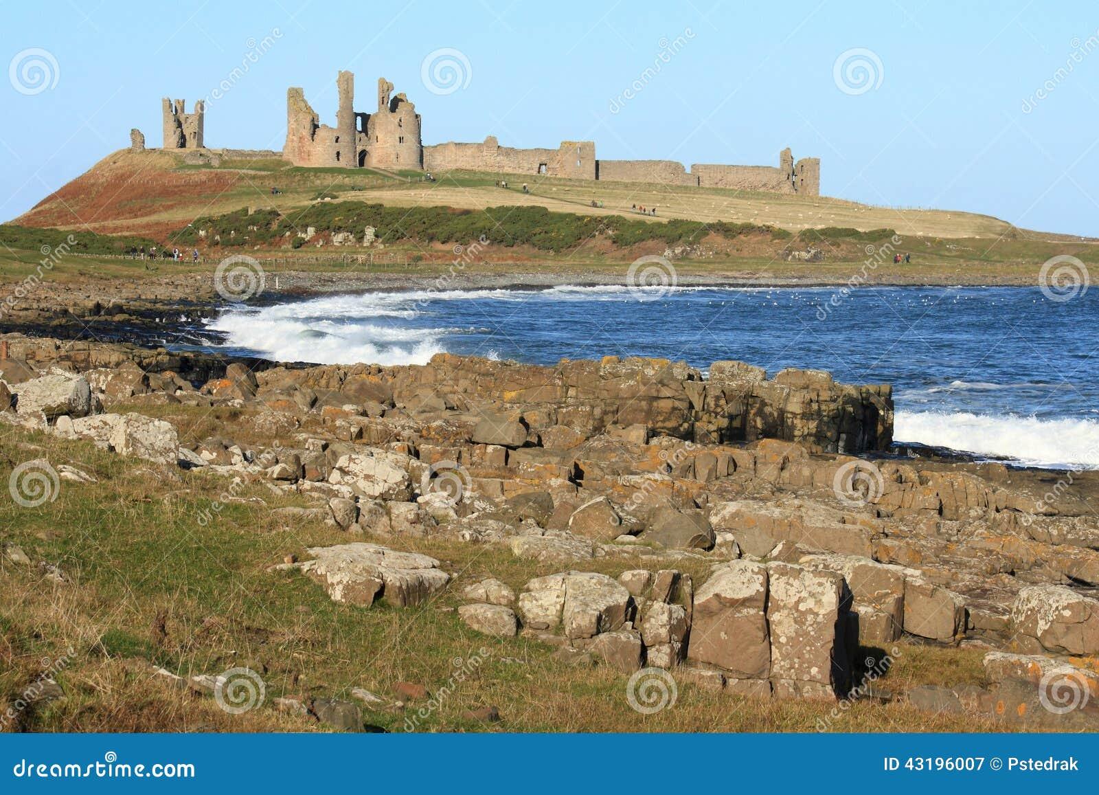 Costa de Northumberland con el castillo de Dunstanburgh en fondo