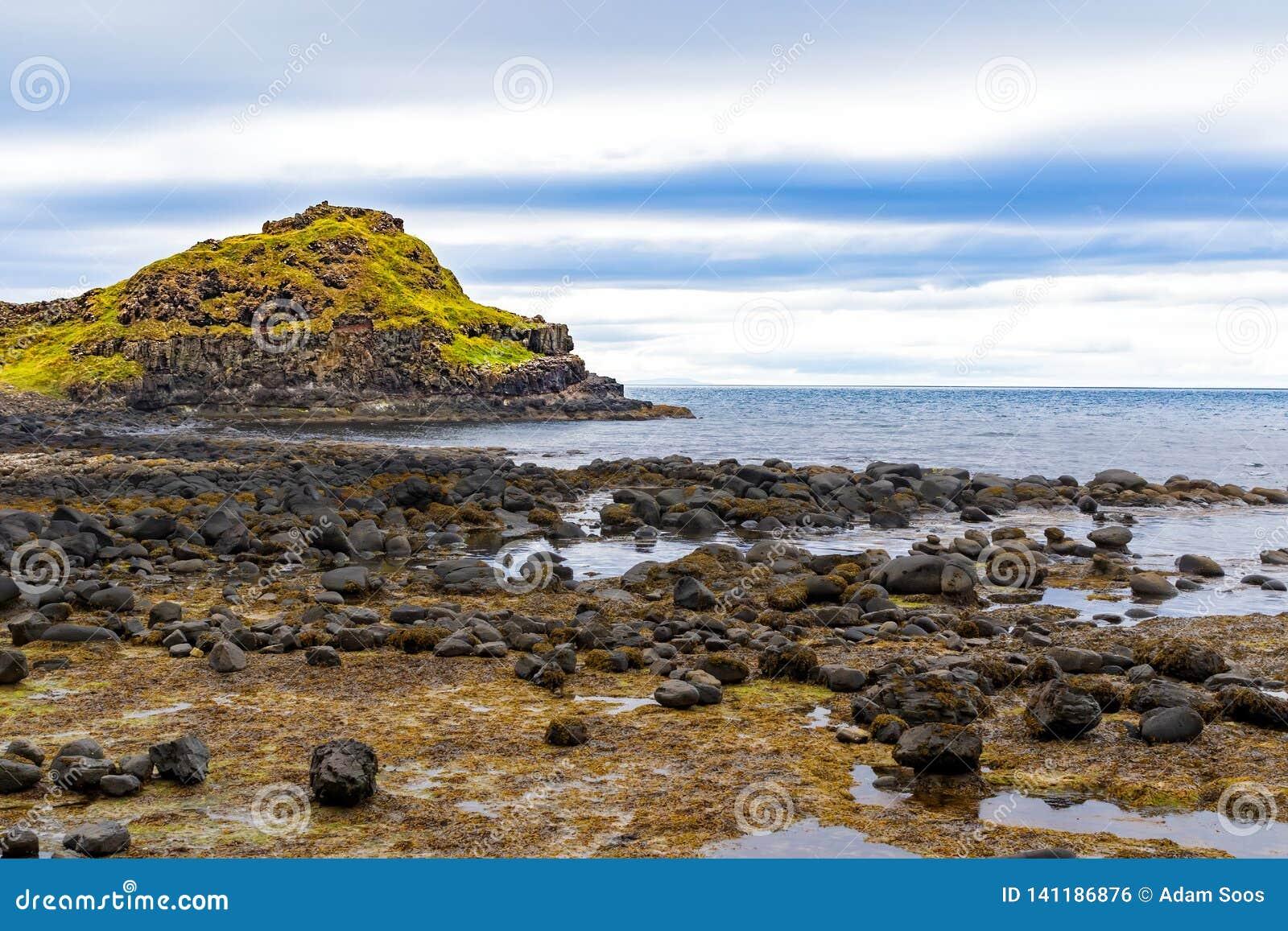 A costa de uma ilha na Irlanda