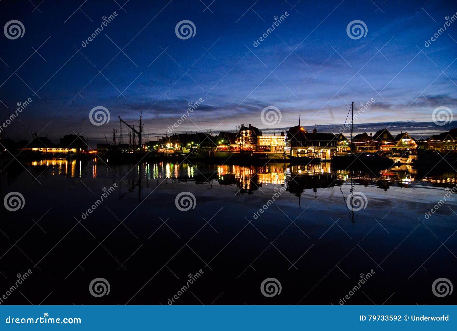 Costa de Volendam en la noche los Países Bajos