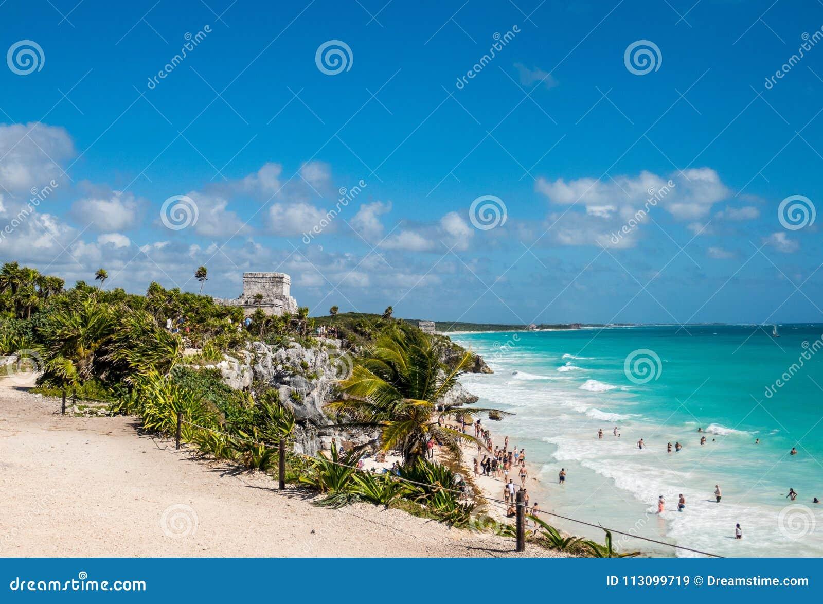 Costa costa del Caribe hermosa y ruinas mayas antiguas de la playa de desatención de Tulum en México