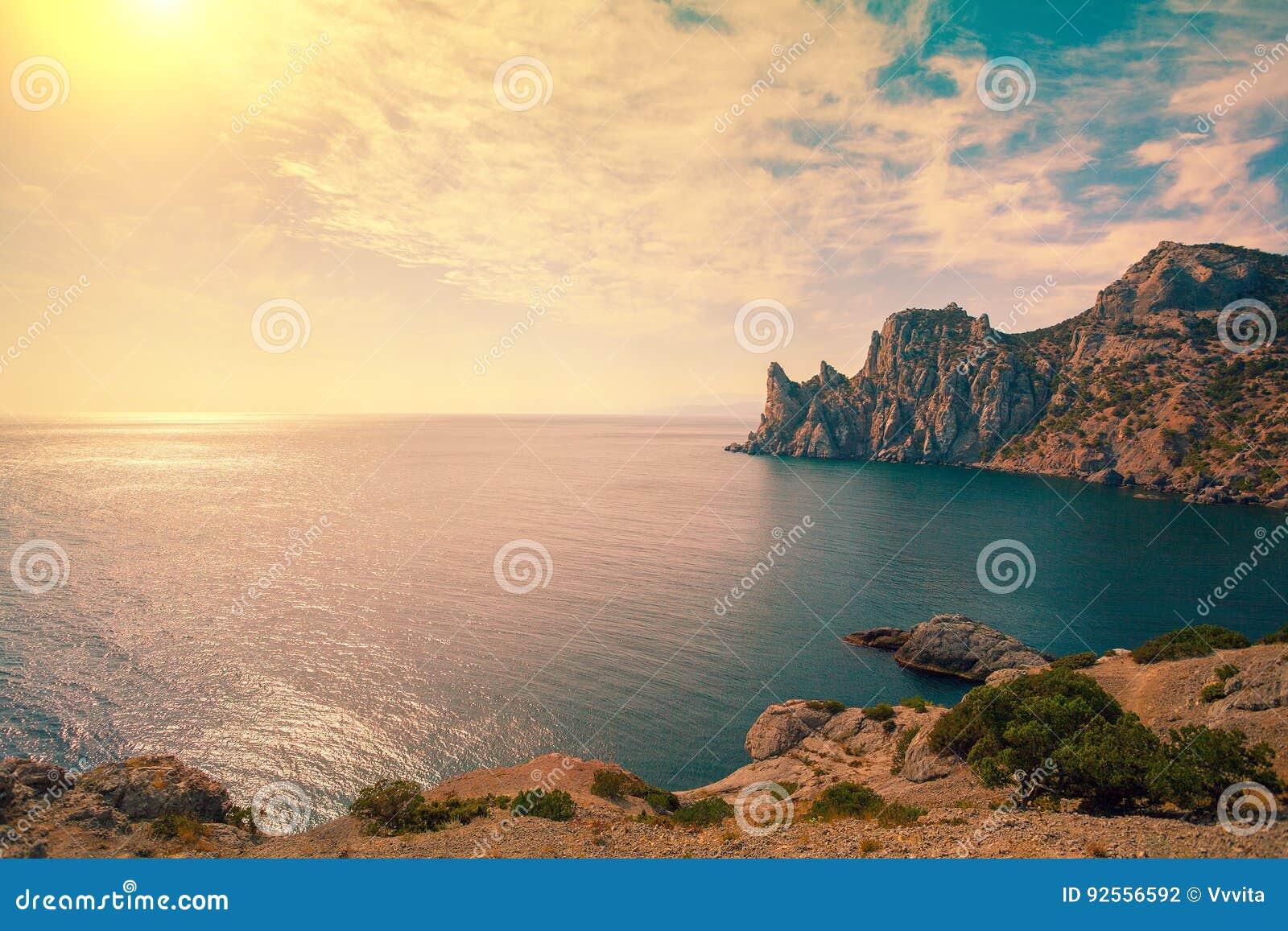 Costa di mare rocciosa