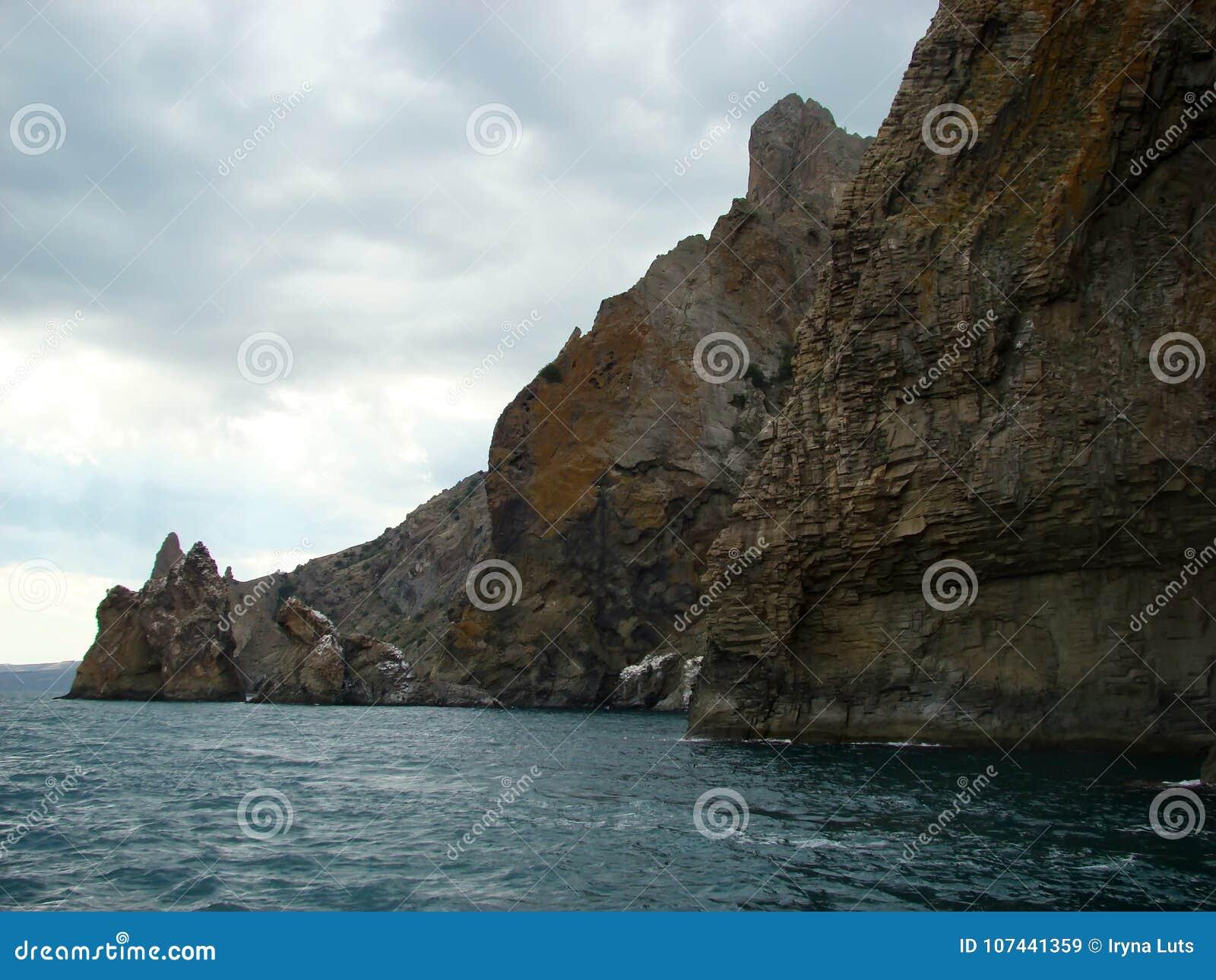 Costa do Mar Negro em Crimeia Montanha de Kara Dag