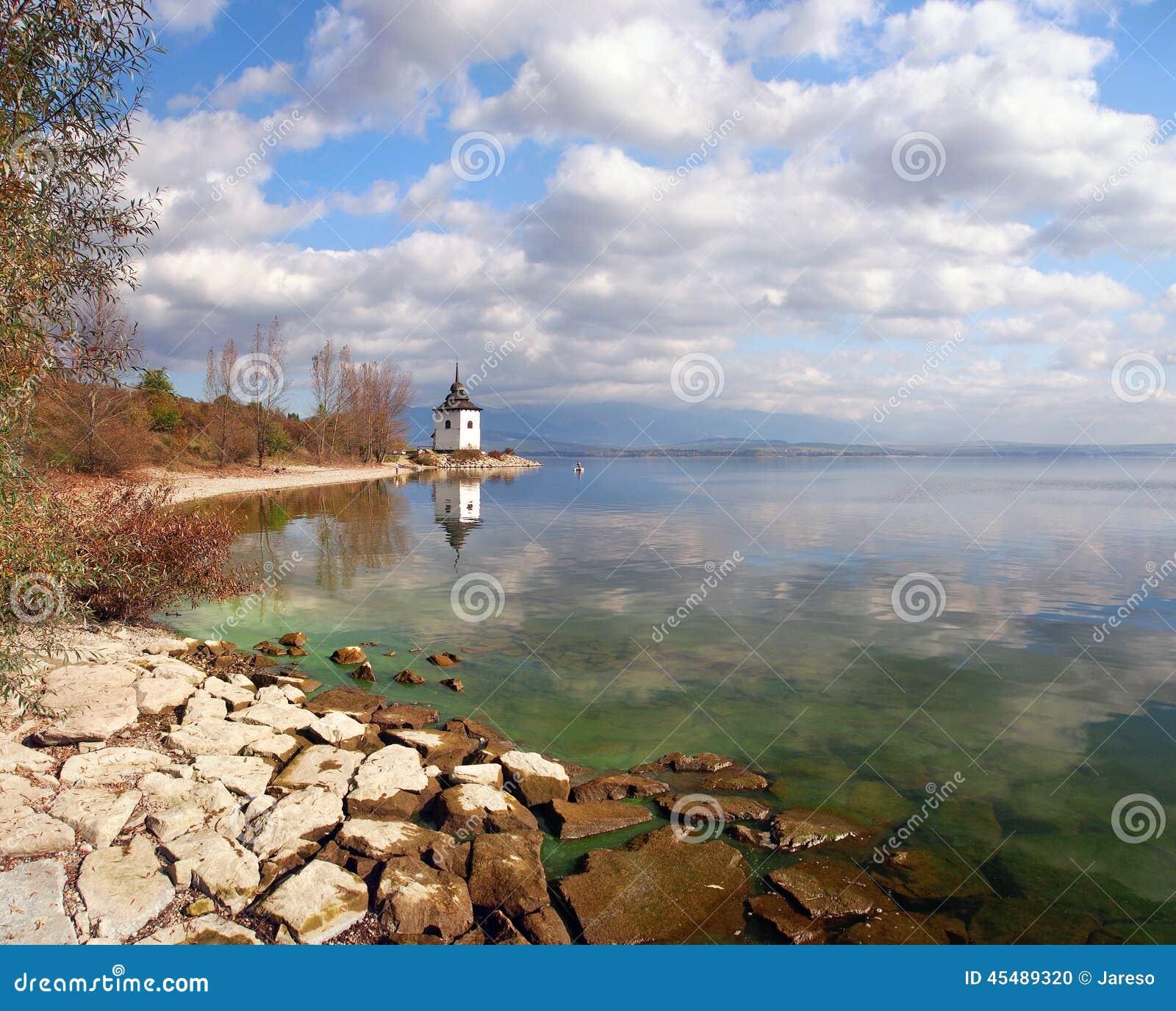 Costa do outono do lago Liptovska Mara, Eslováquia