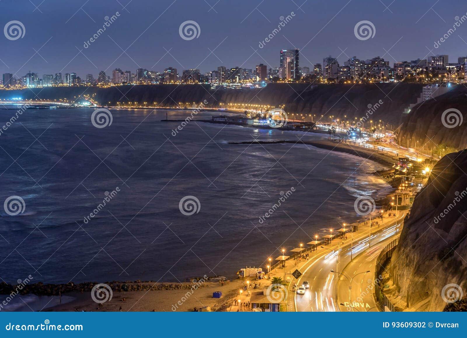 A Costa do Pacífico de Miraflores na noite em Lima, Peru