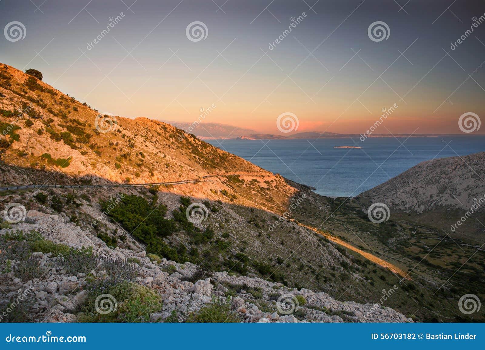 Costa durante puesta del sol en Krk, Croacia