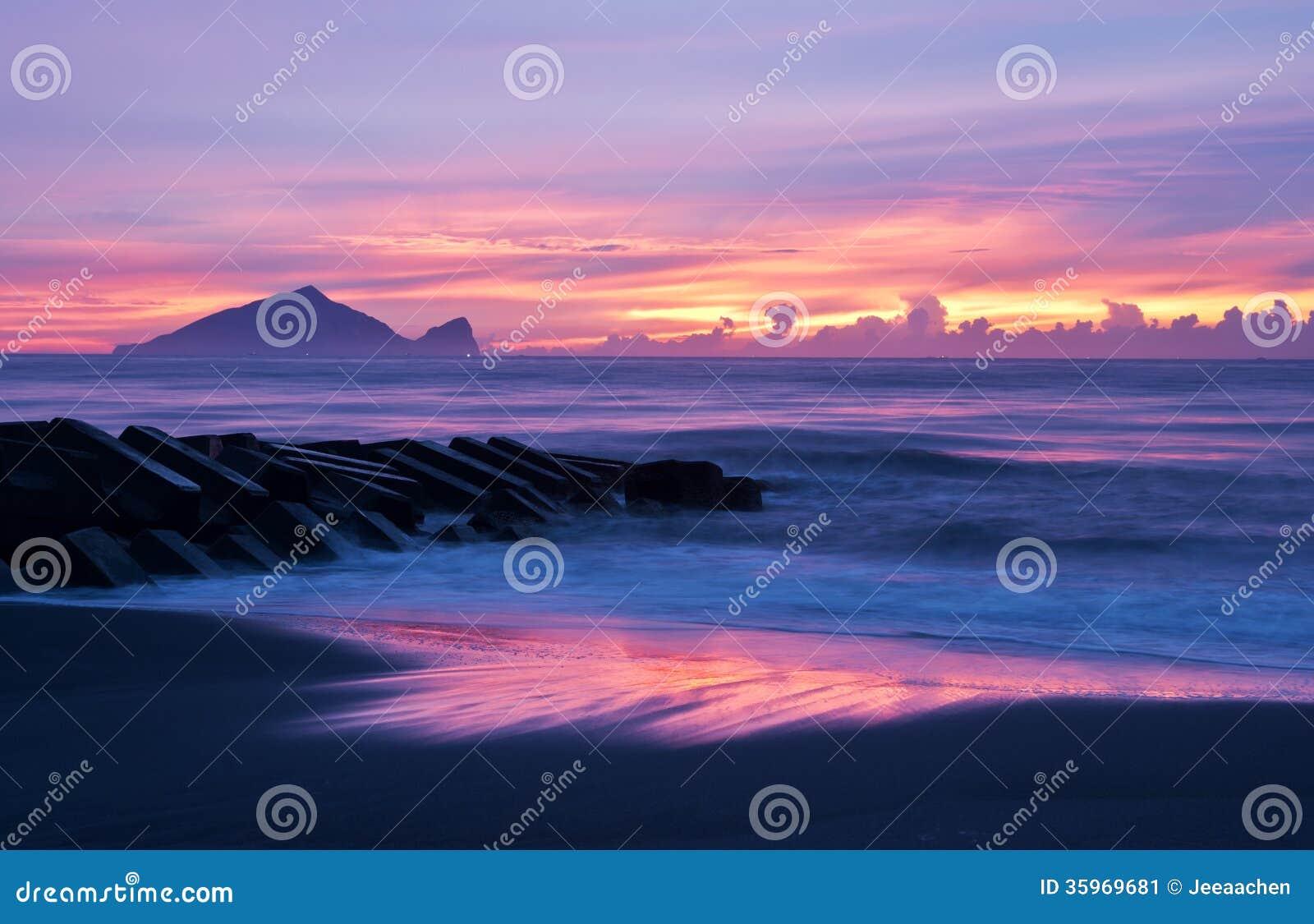 Costa hermosa del paisaje de la salida del sol de Taiwán