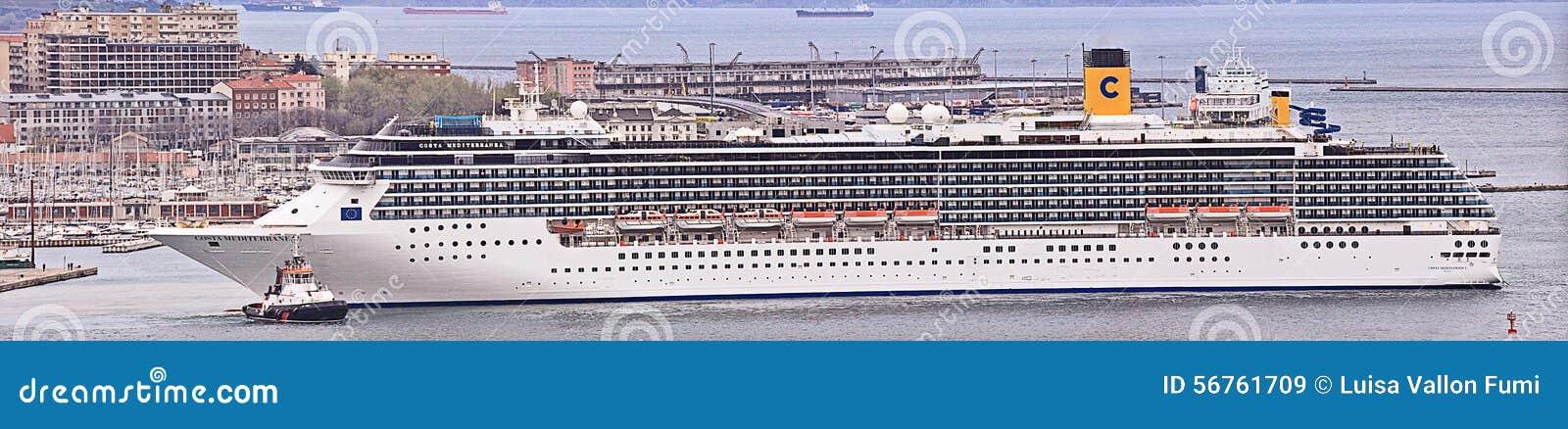 Costa Mediterranea sale del puerto de Trieste en el amanecer, panorama grande