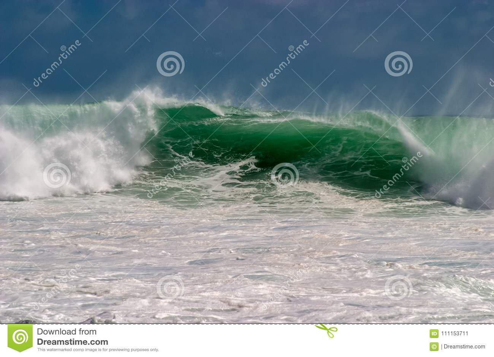 A costa norte acena em Kauai que quebra ao longo do litoral