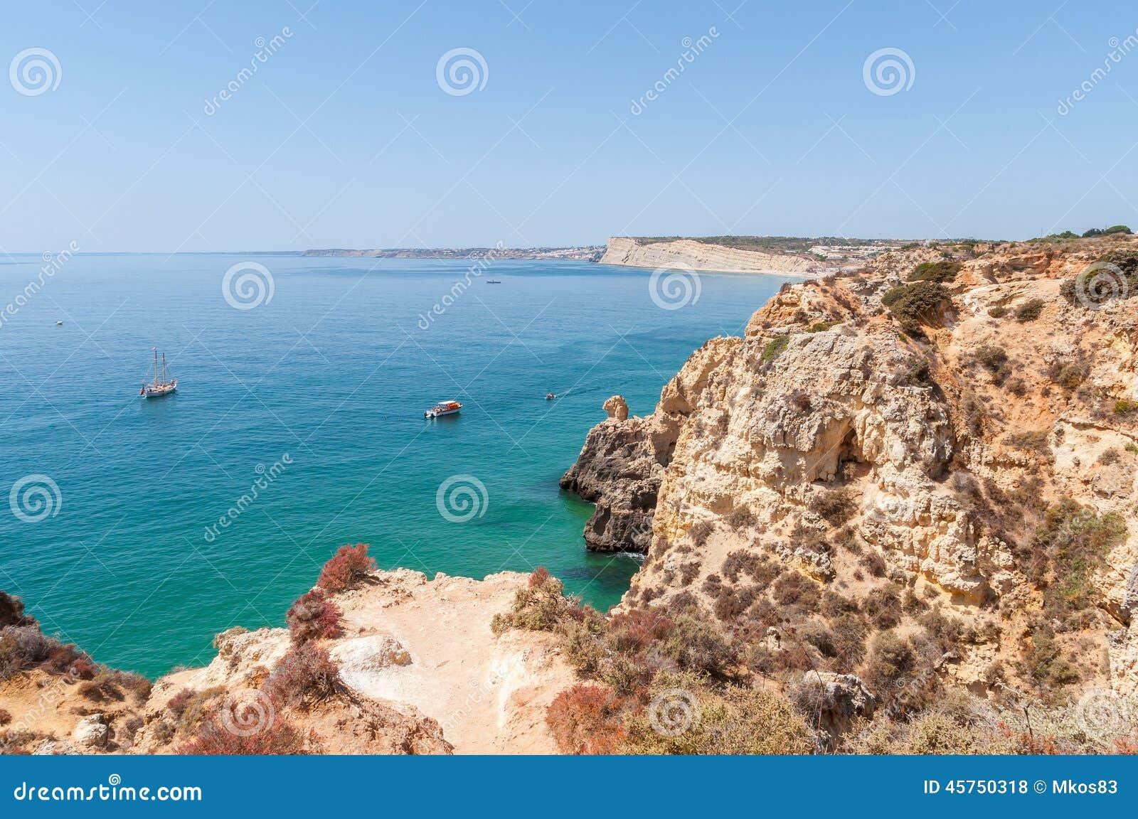 Costa rocciosa di Algarve nel Portogallo