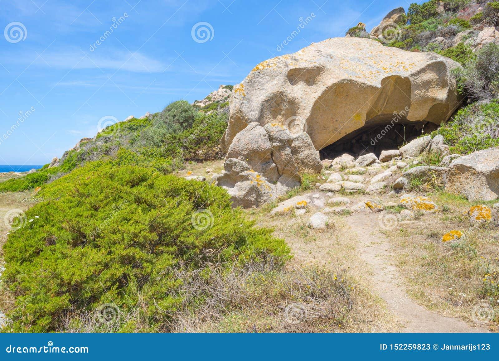 Costa rocosa de la isla de Cerdeña en el mar Mediterráneo en luz del sol