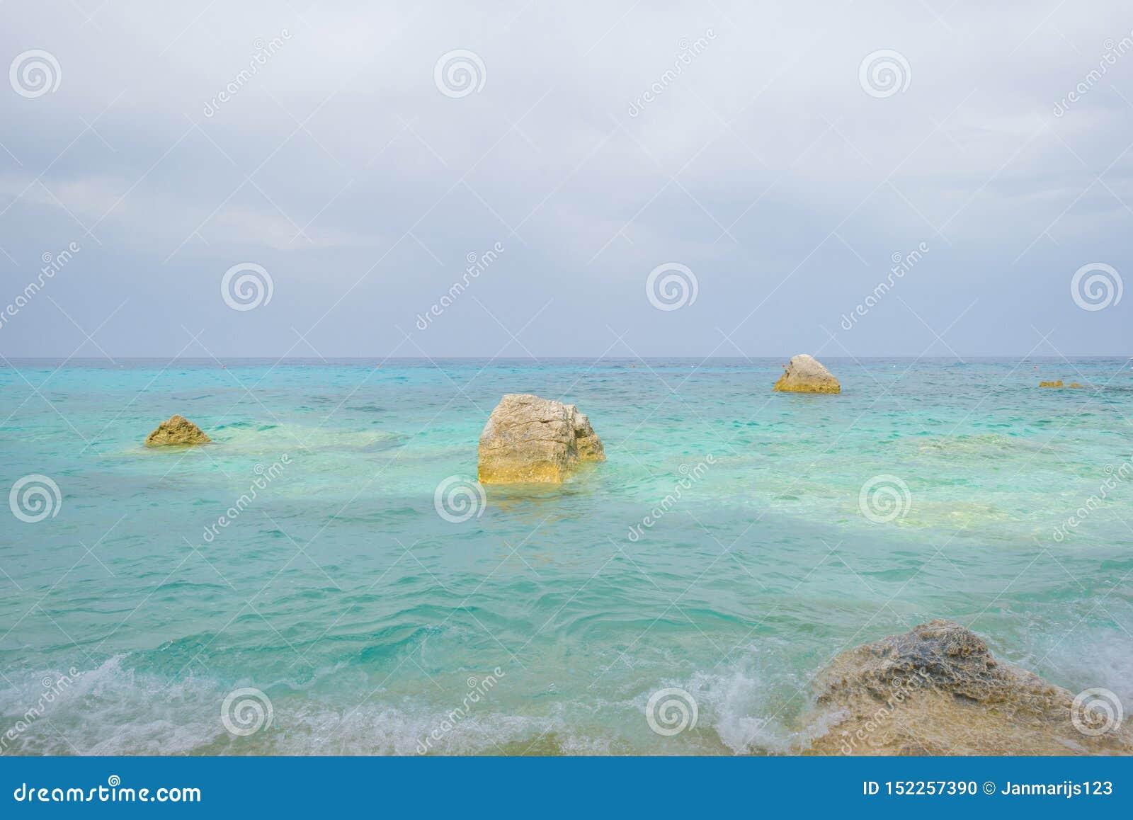 Costa rocosa de la isla de Cerdeña en el mar Mediterráneo en sunligh
