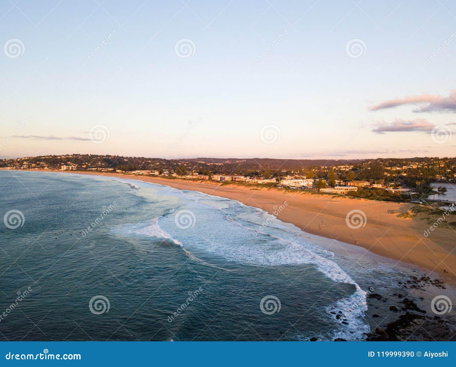 Costa costa vacía de la playa