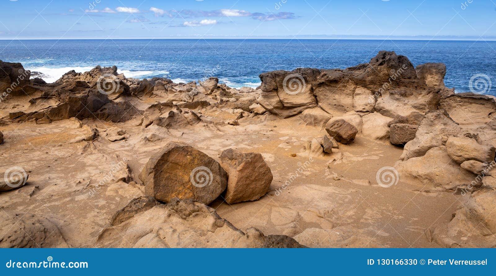 Costa vulcânica rochosa áspera