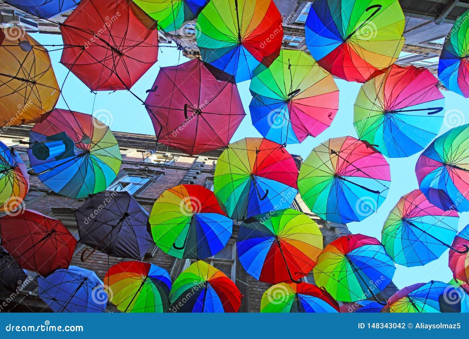 Costantinopoli, Karakoy/Turchia - 04 04 2019: Gli ombrelli variopinti hanno decorato la cima della via di Karakoy a Costantinopol