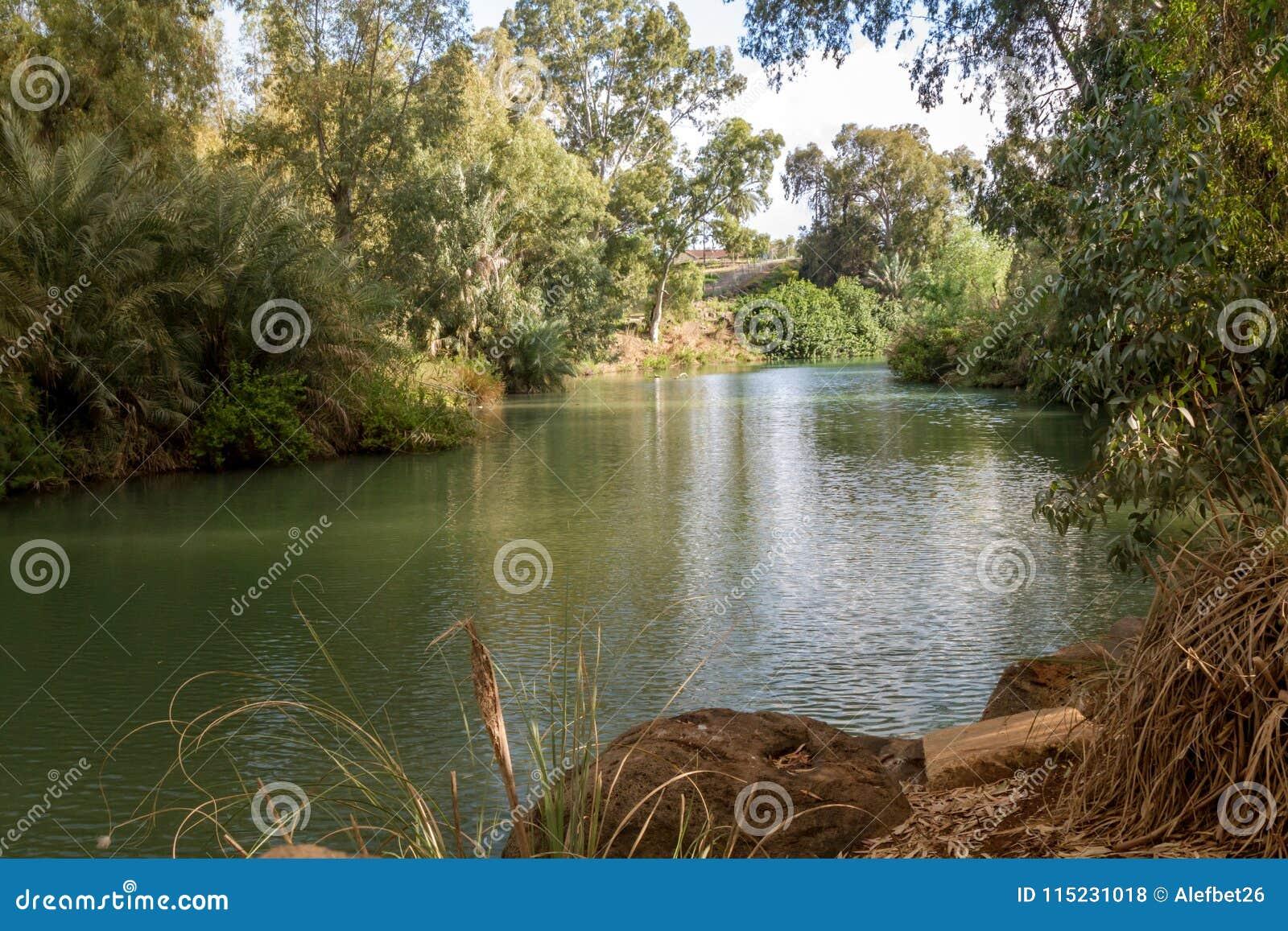 Costas de Jordan River no local batismal, Israel