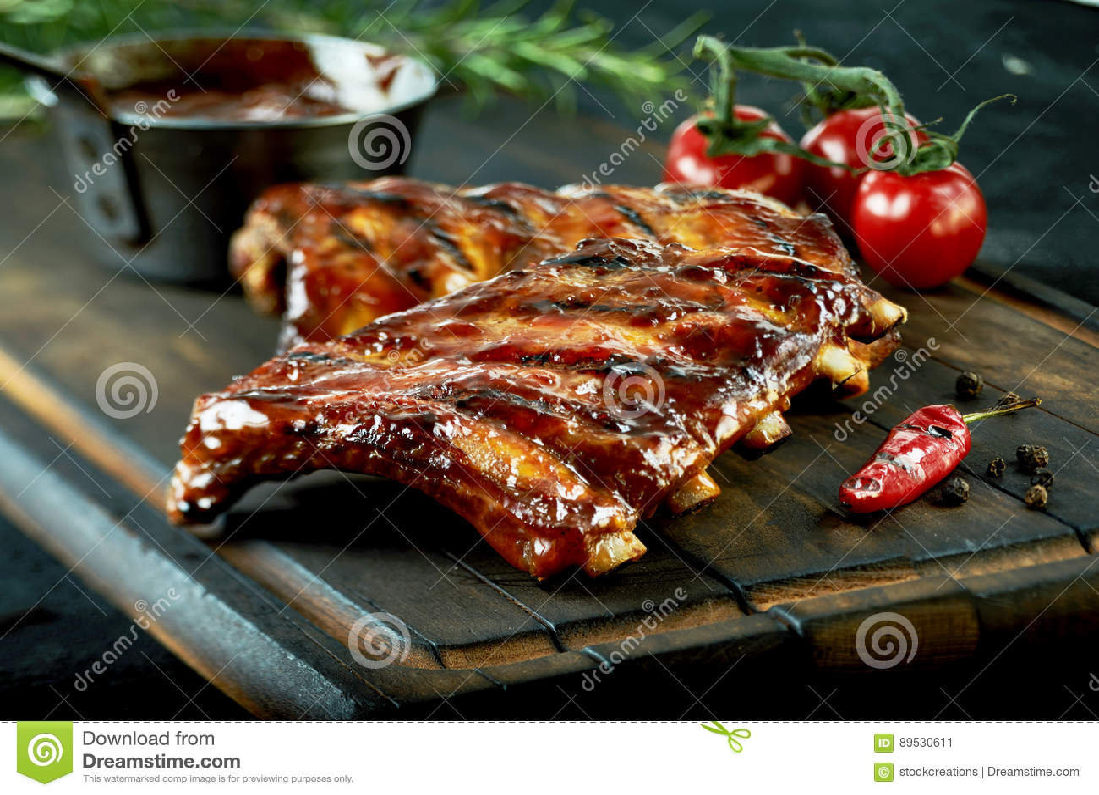 Costole di maiale arrostite calde piccanti da un BBQ di estate