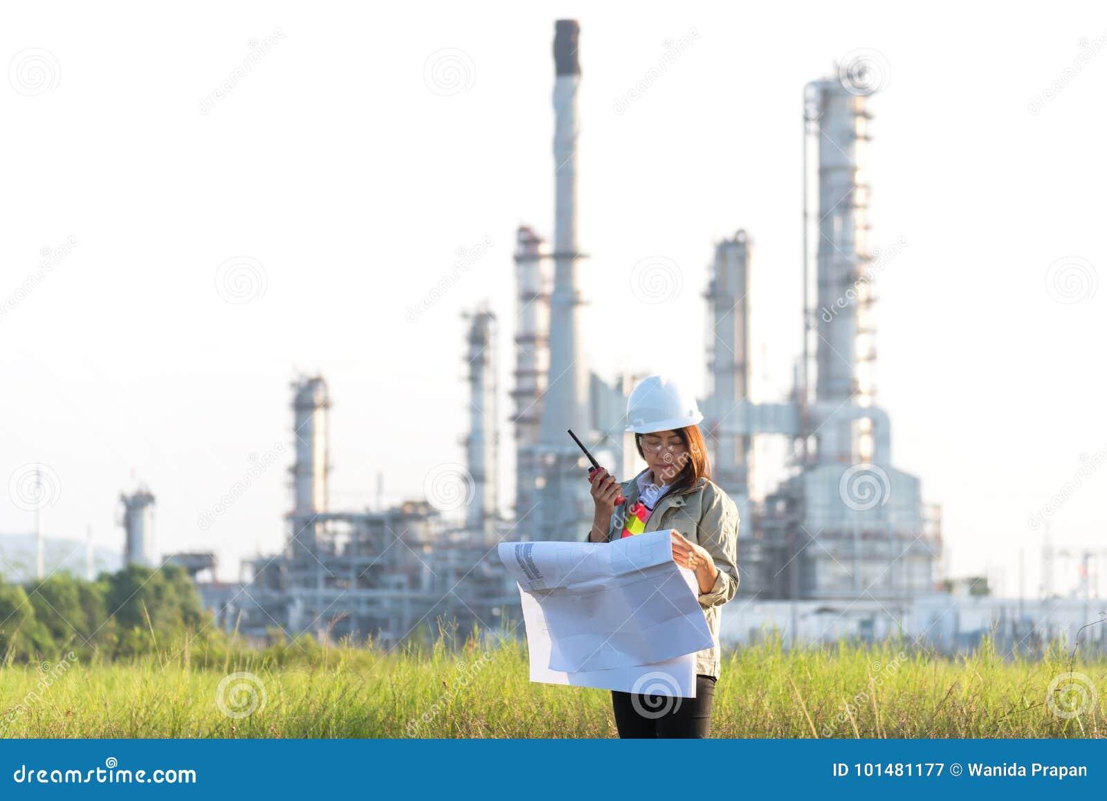 Costruisca il modello della tenuta della donna con la radio per il controllo di sicurezza dei lavoratori ad energia della central