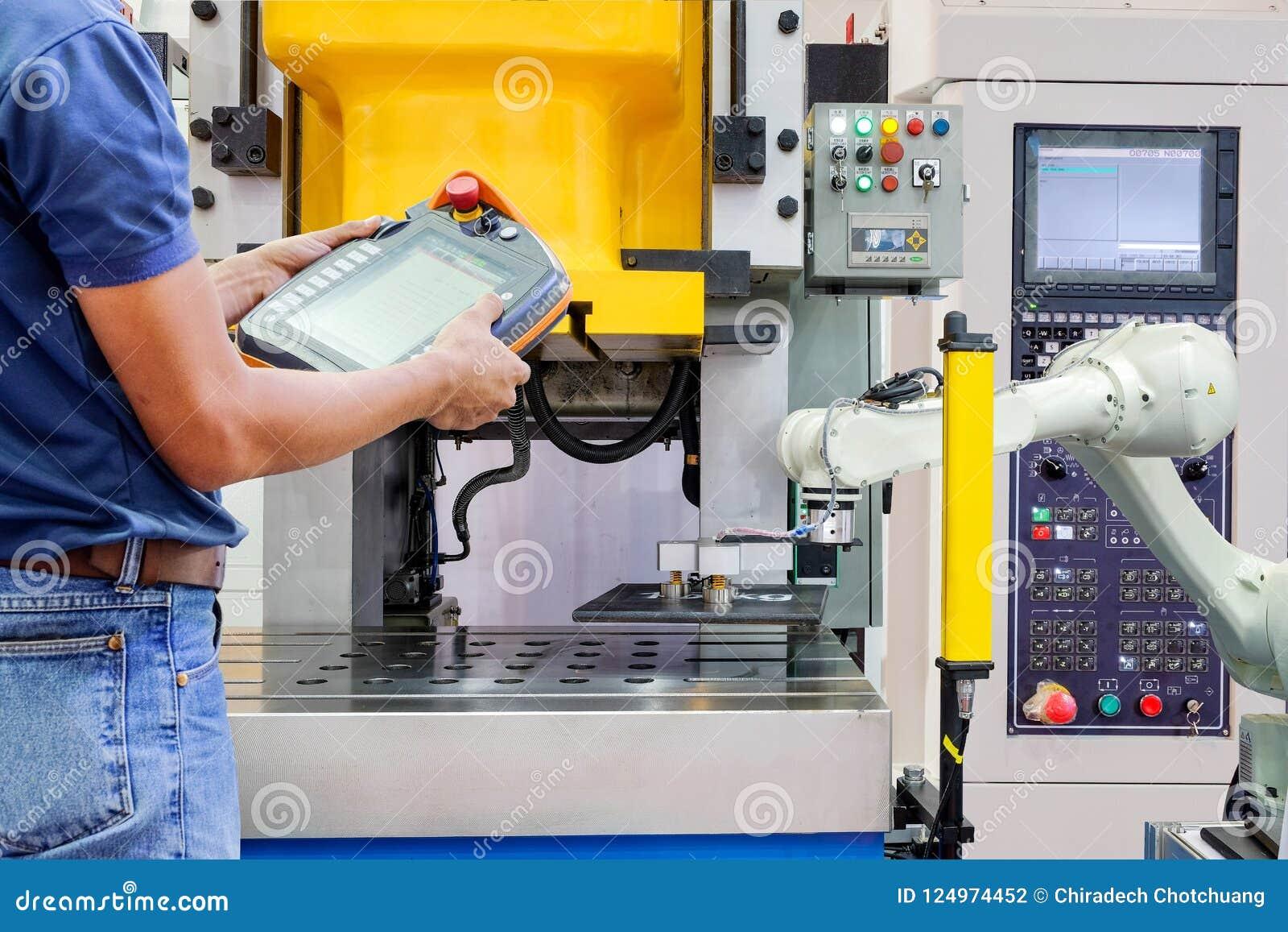 Costruisca la ripresa esterna senza fili di uso per il robot industriale di controllo che lavora alla fabbrica astuta