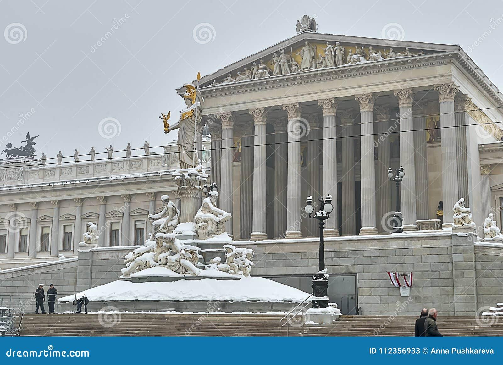 Costruzione austriaca del Parlamento dopo le precipitazioni nevose