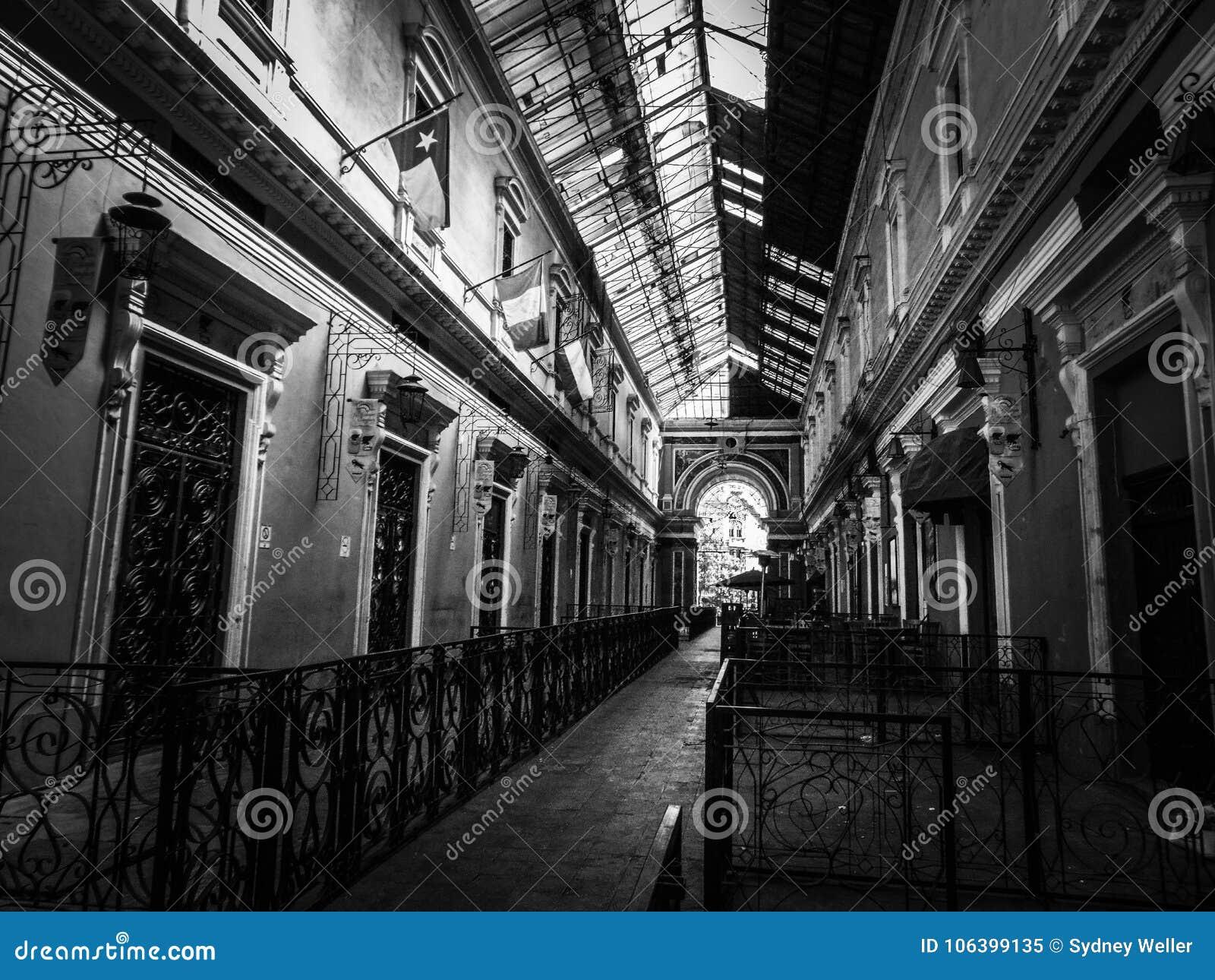 Costruzione coloniale con le forti linee principali in Quetzaltenango, Guatemala