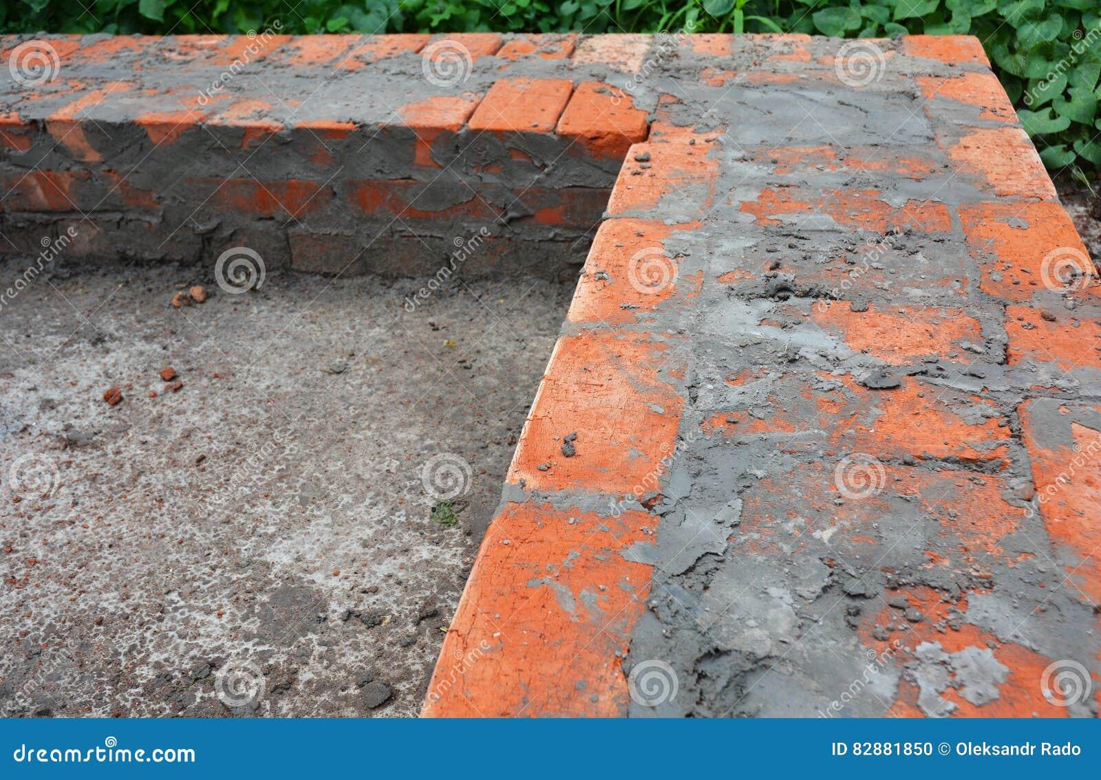 Costruzione del fondamento della casa con mattoni a vista for Costo di costruzione casa di mattoni