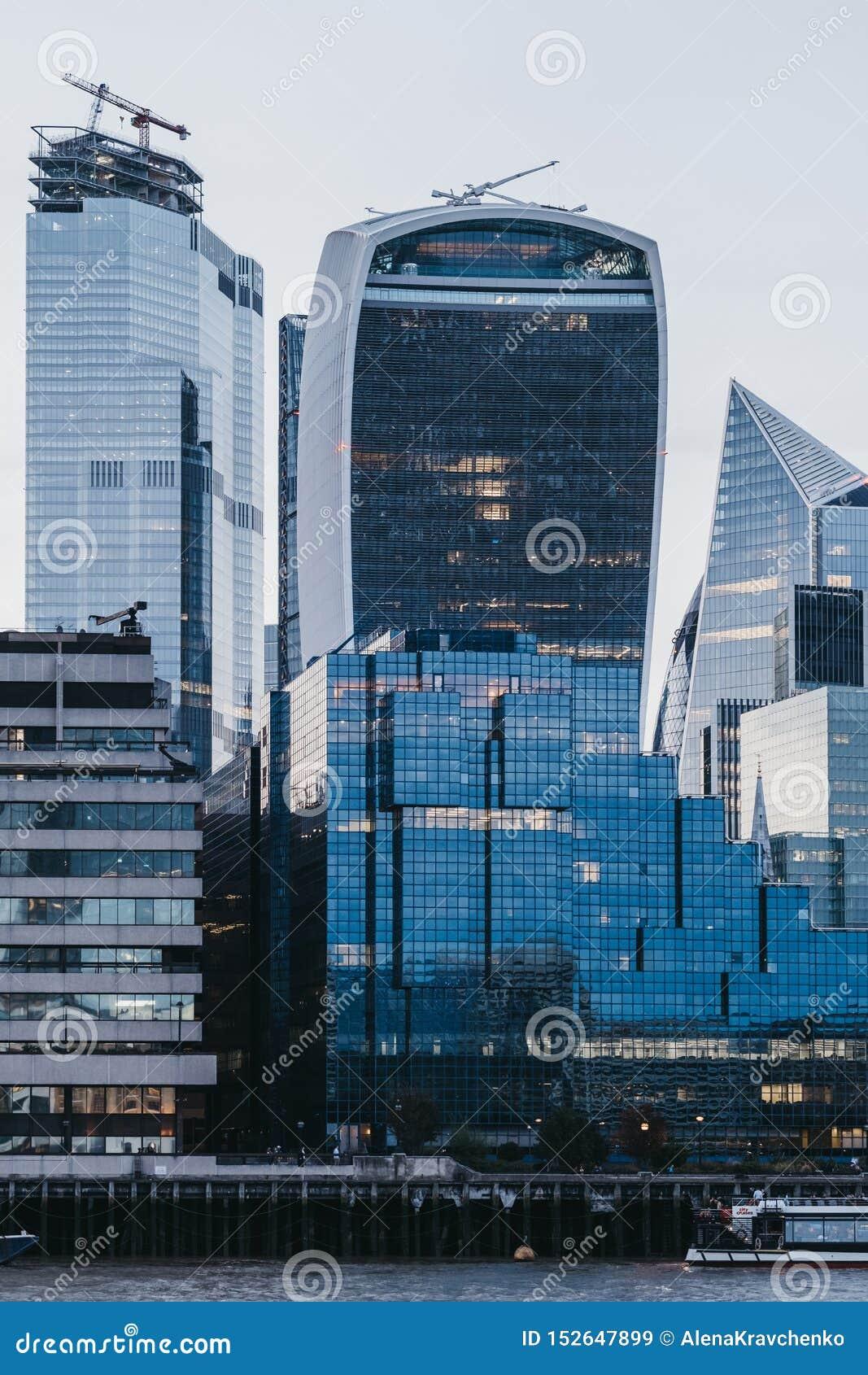 Costruzione del walkie-talkie e costruzioni moderne della città di Londra, Regno Unito, durante l ora blu