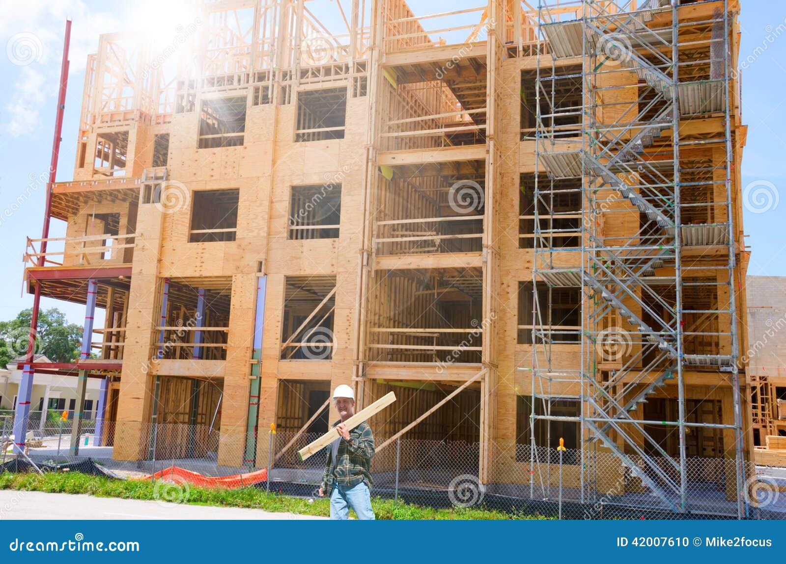 Costruzione di legno in costruzione con il lavoratore