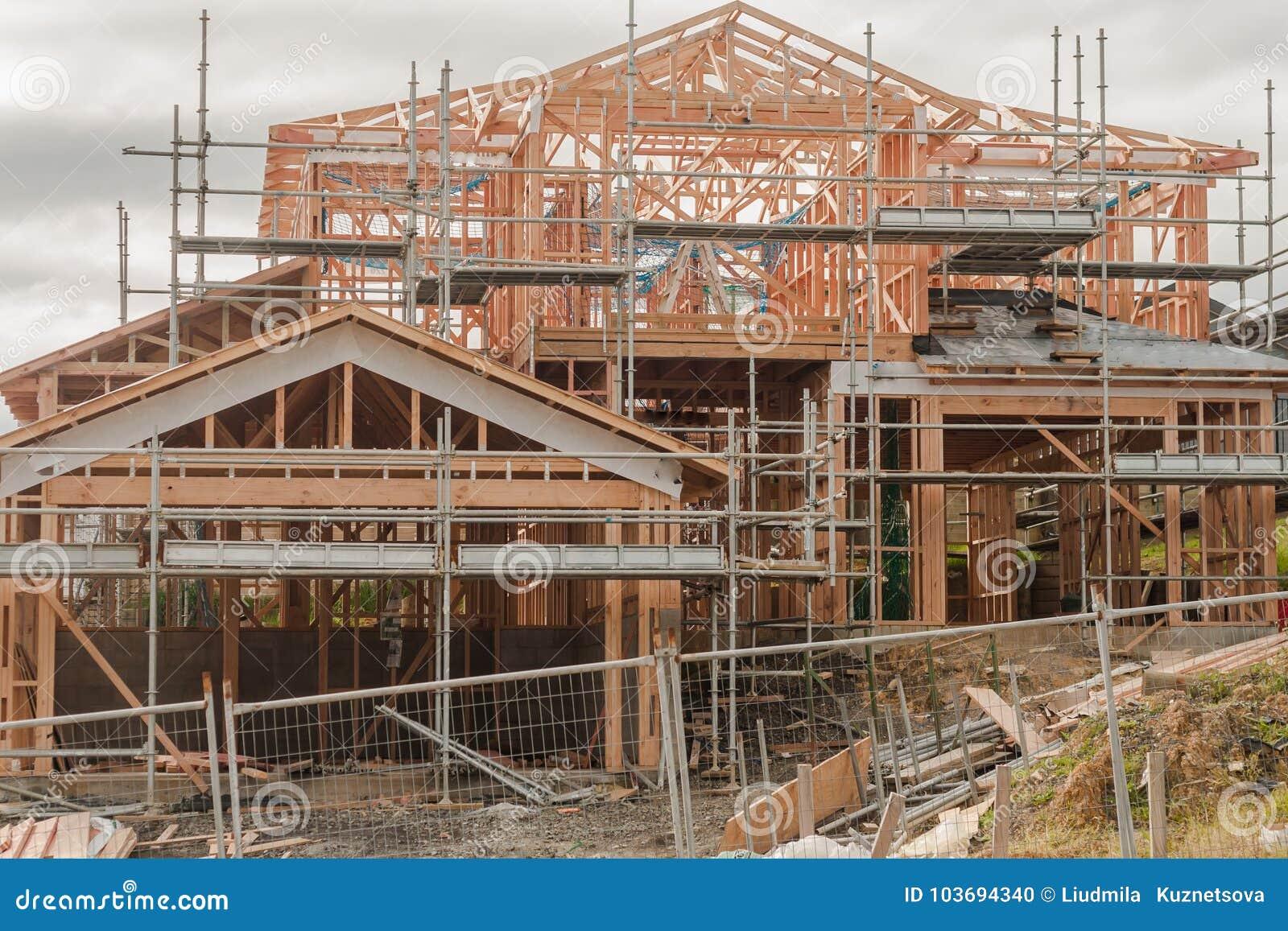 Costruzione di legno delle case private sulle superfici irregolari, costruente in Nuova Zelanda