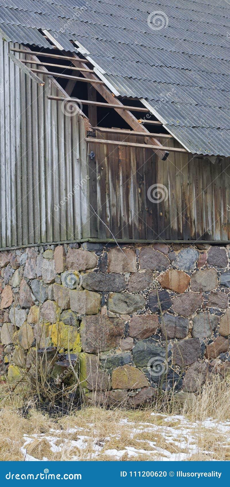 Costruire Tetto In Cemento costruzione di pietra con il tetto nocivo fotografia stock