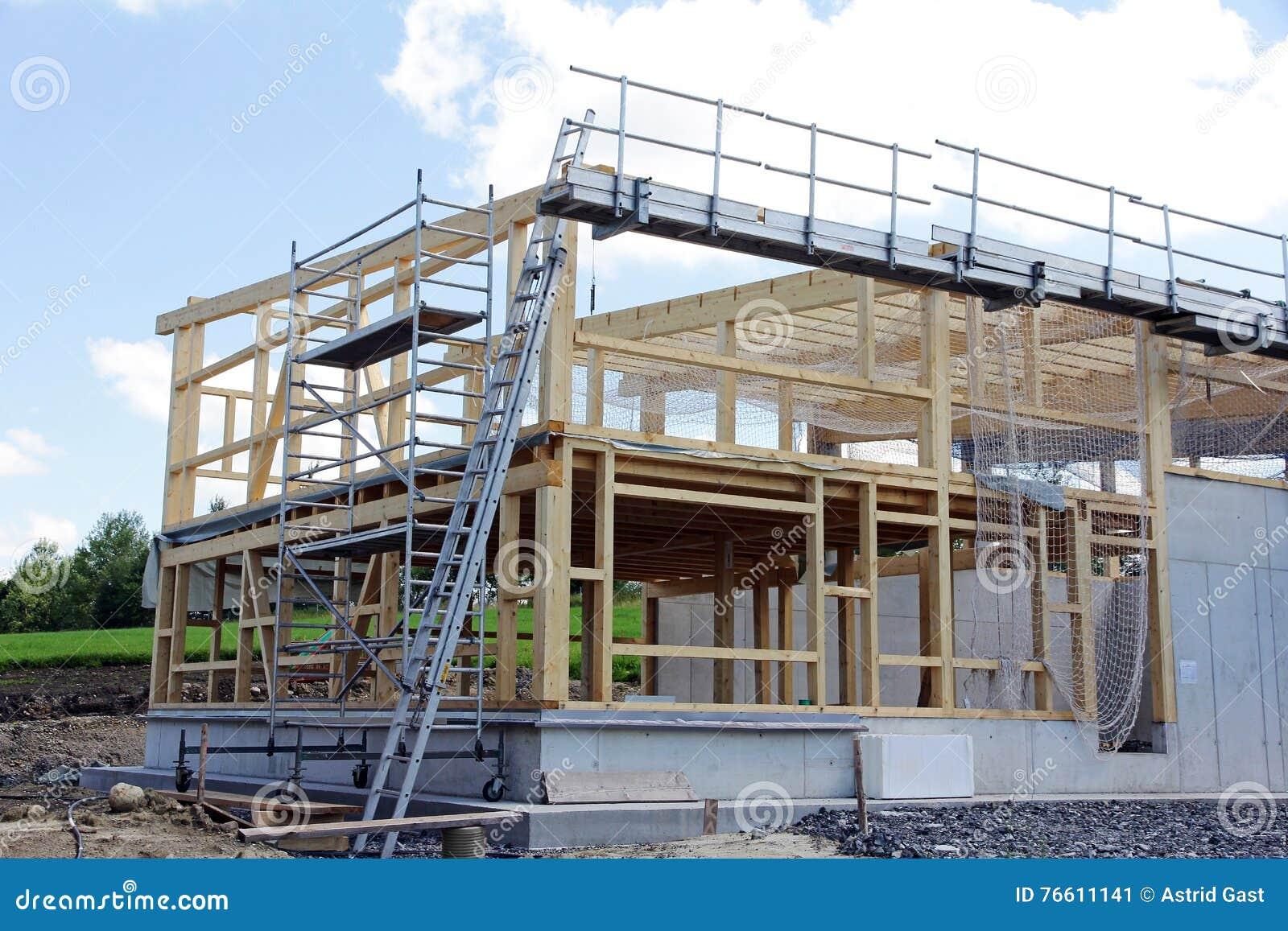 Costruzione di una casa di legno immagine stock immagine for Una pianta della casa di legno