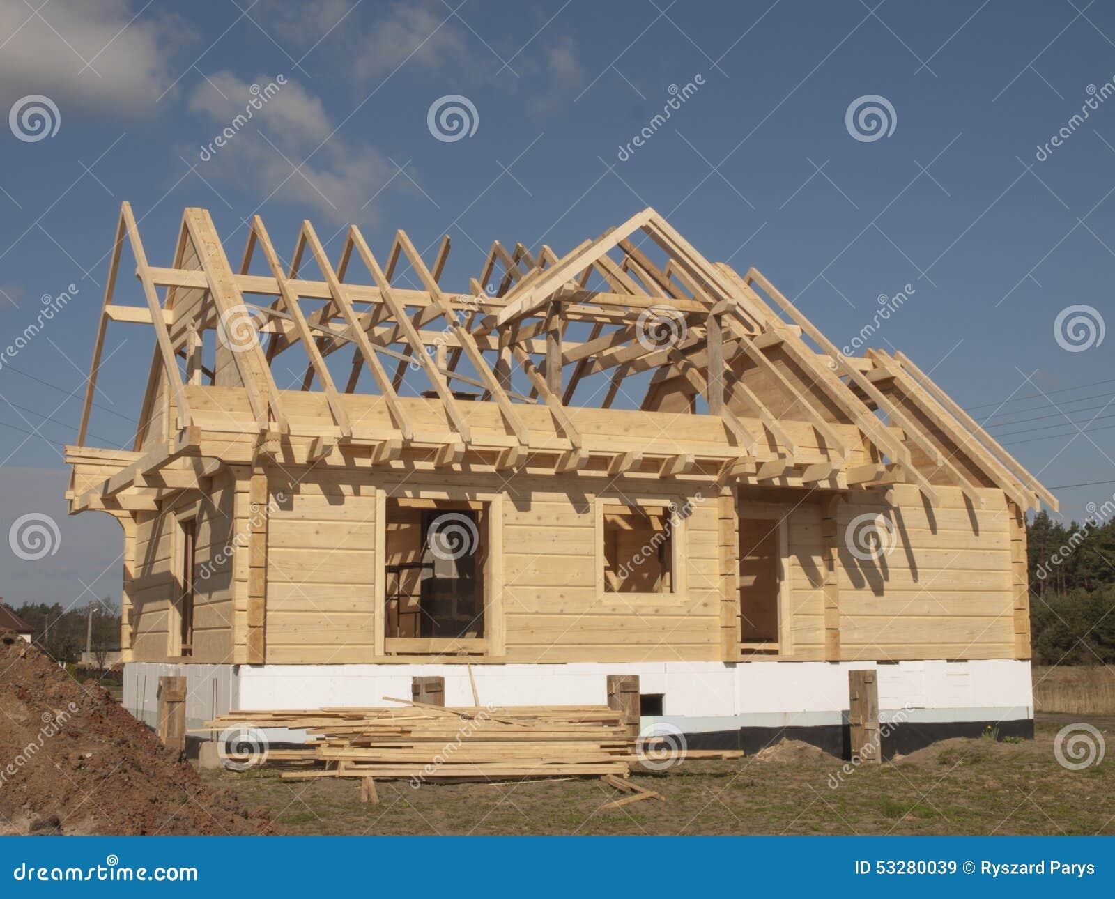 Costruzione di una casa di legno con i ceppi rettangolari fotografia stock immagine 53280039 - Costruzione di una casa ...