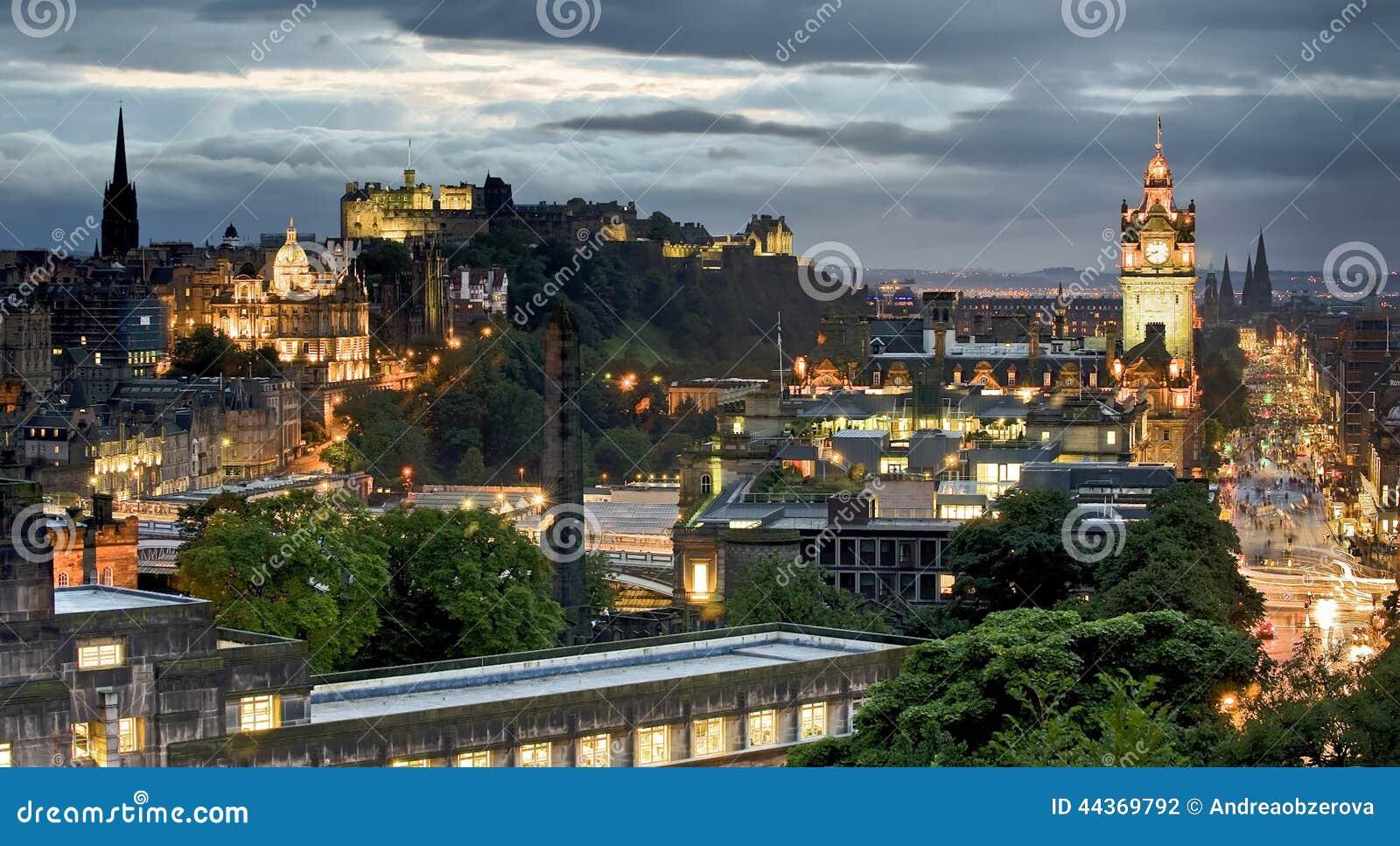 Costruzione e castello degli orizzonti di Edimburgo dalla collina di Calton al crepuscolo