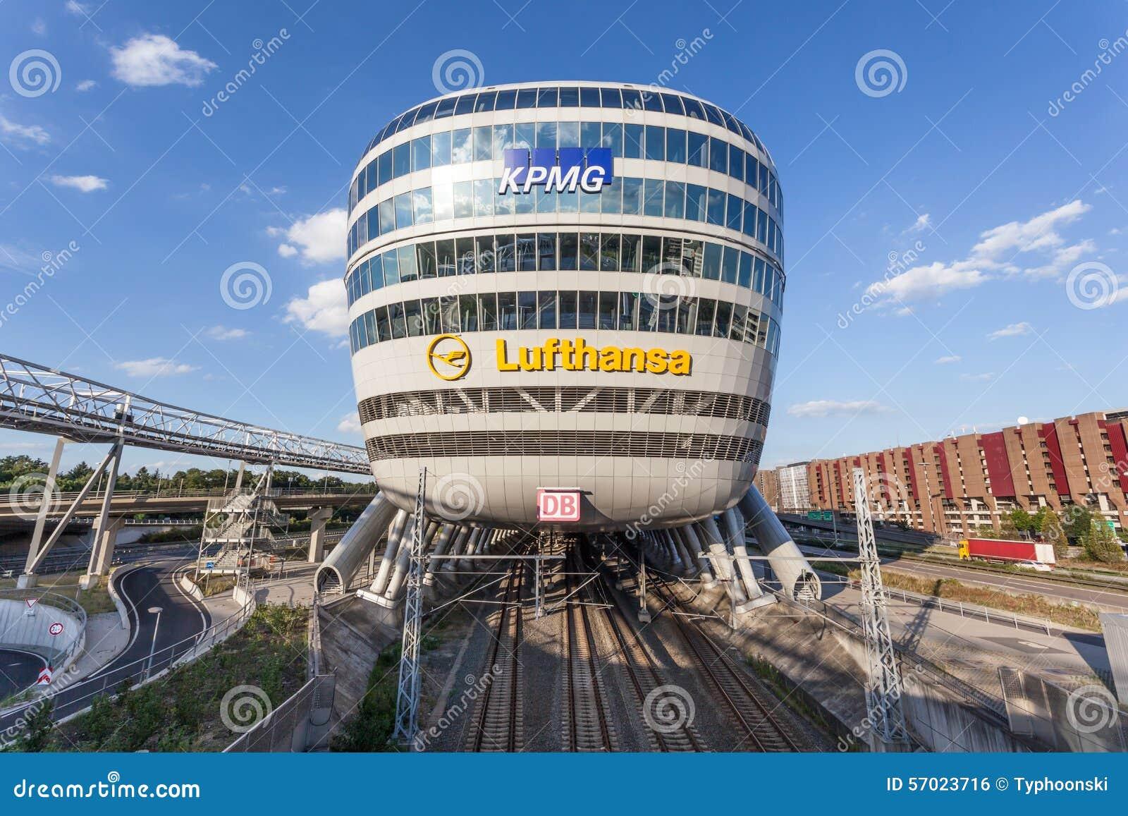 Costruzione futuristica all aeroporto di francoforte fotografia