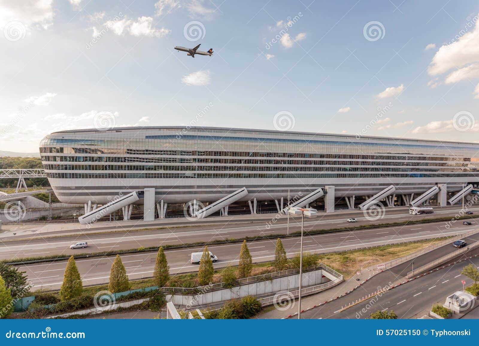Costruzione futuristica all aeroporto di francoforte immagine