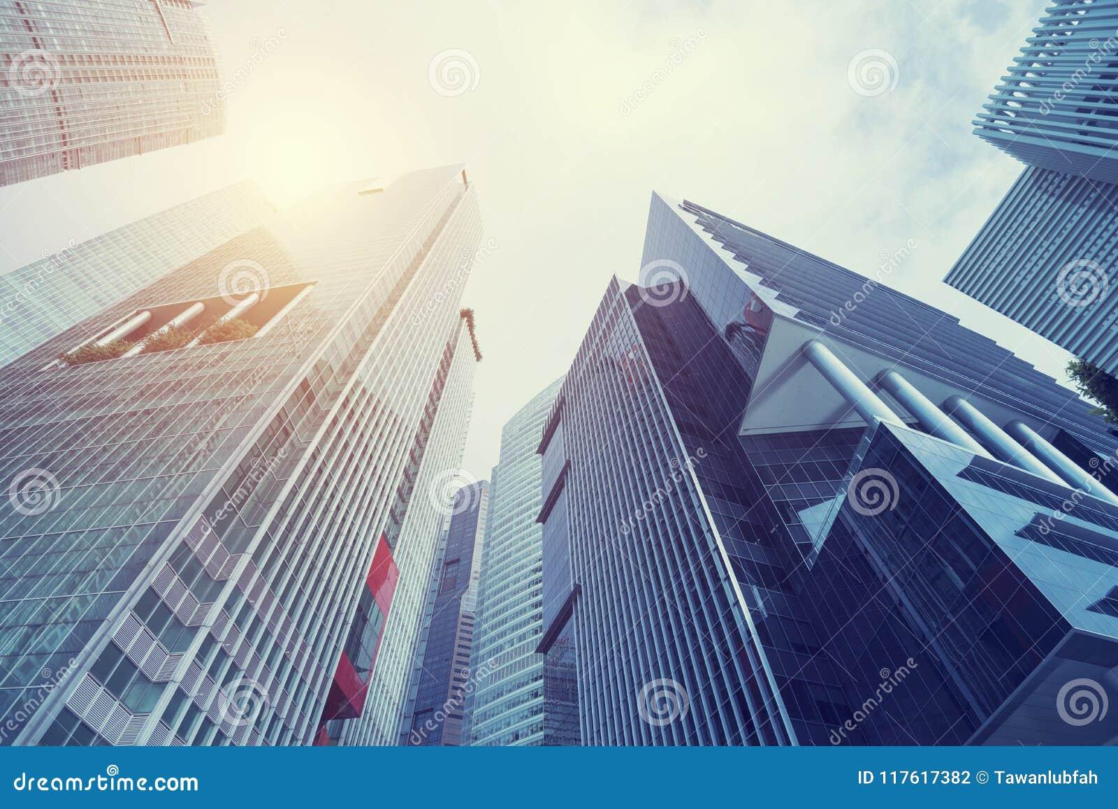 Costruzione moderna alla città del centro di affari Cerchi la vista con il sunli