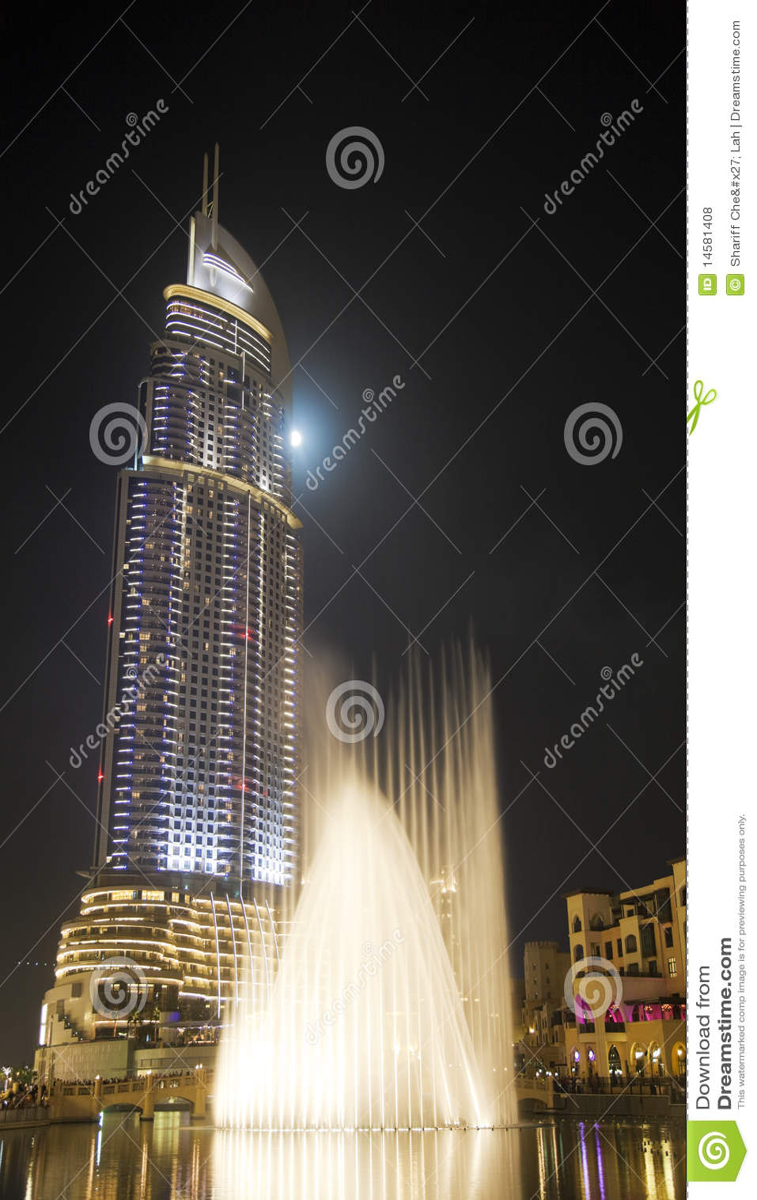 Costruzione moderna alla notte, Doubai, UAE