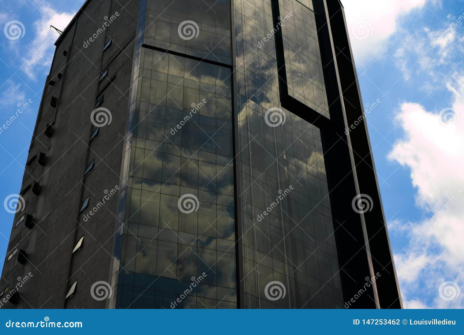 Costruzione moderna del centro urbano di Kuala Lumpur con le nuvole