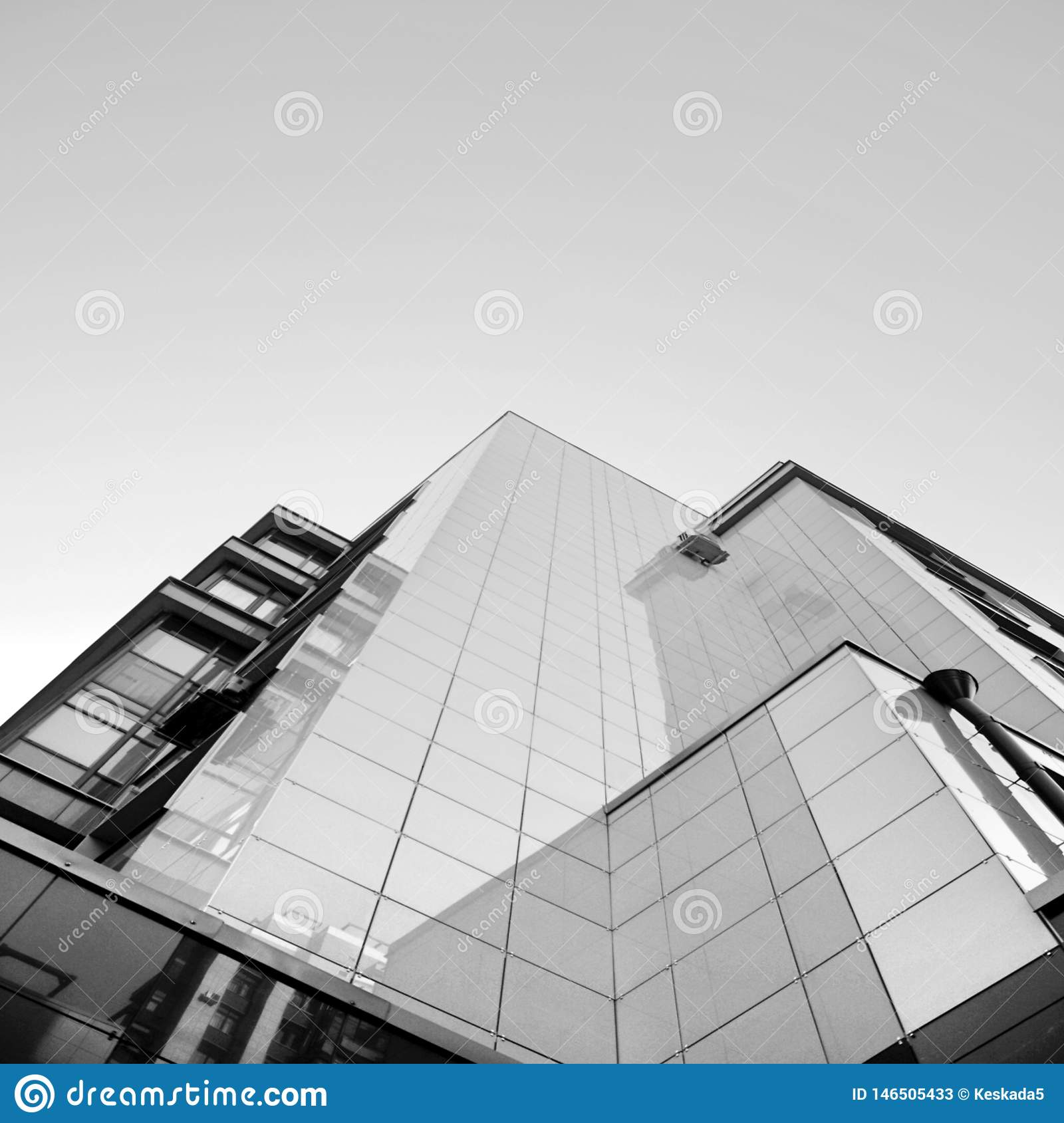 Costruzione moderna sotto il cielo blu