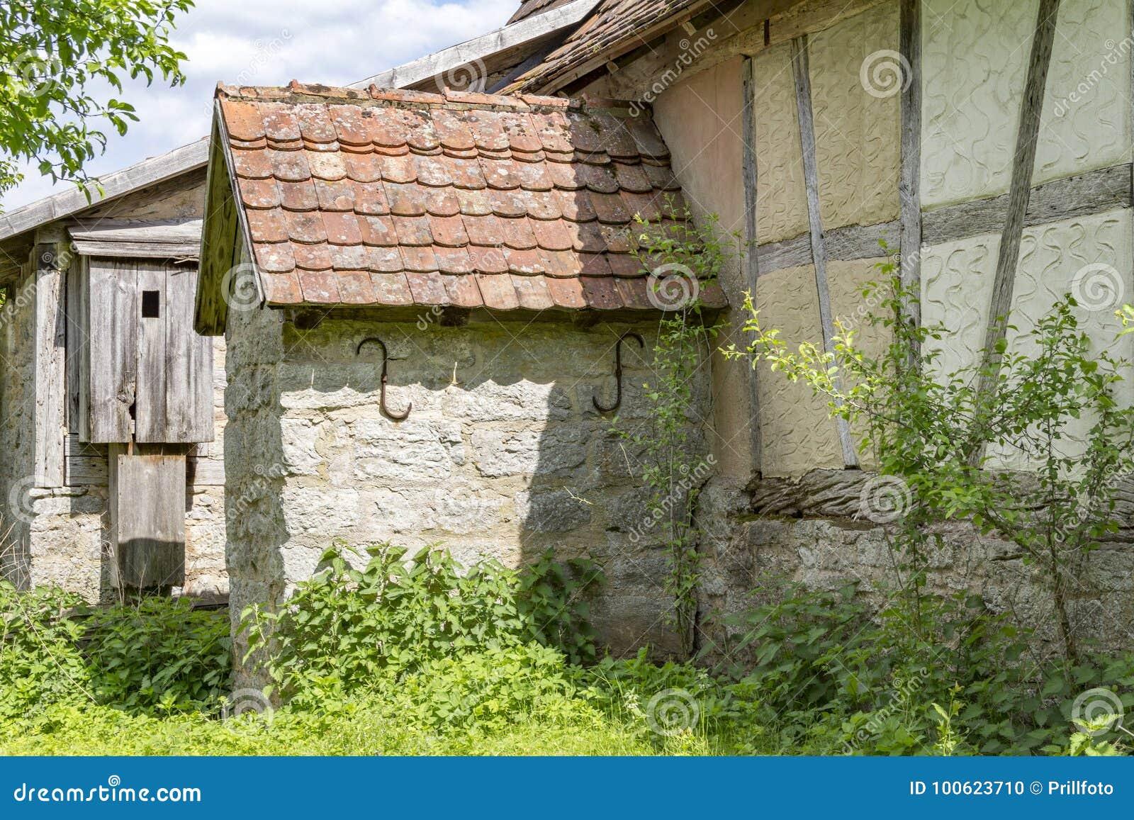 Costruzione rurale storica con il lavabo