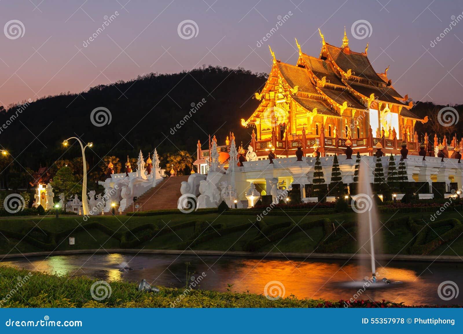 Costruzione tailandese nordica di stile del luang noioso di kum in tempio reale della flora