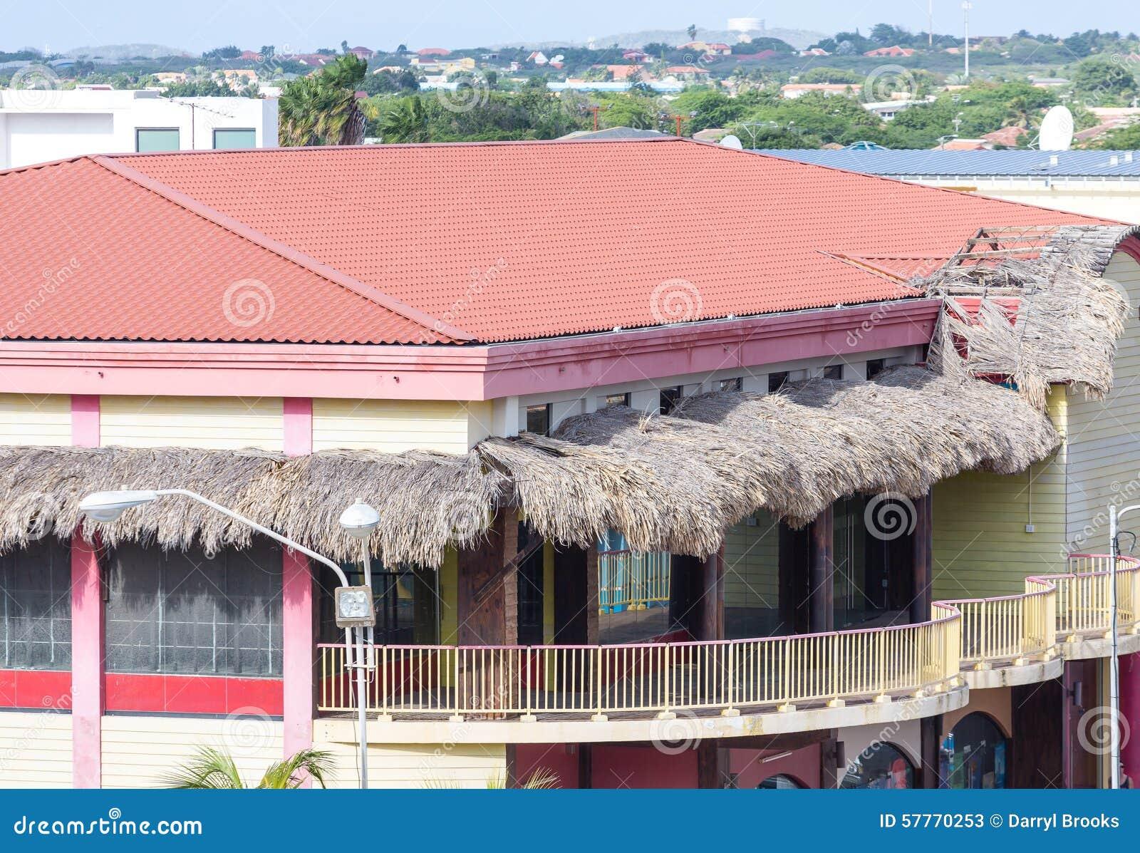 costruzione tropicale con il tetto di mattonelle rosse e le tende