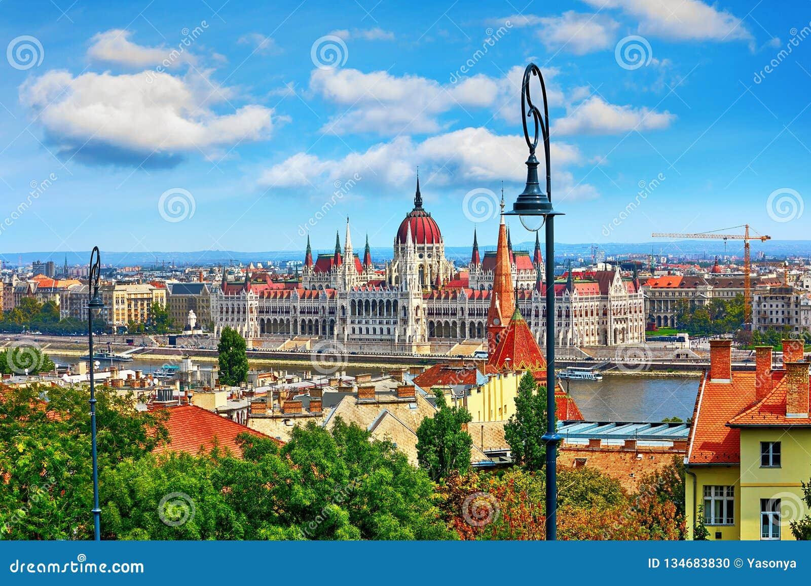 Costruzione ungherese del Parlamento a Budapest