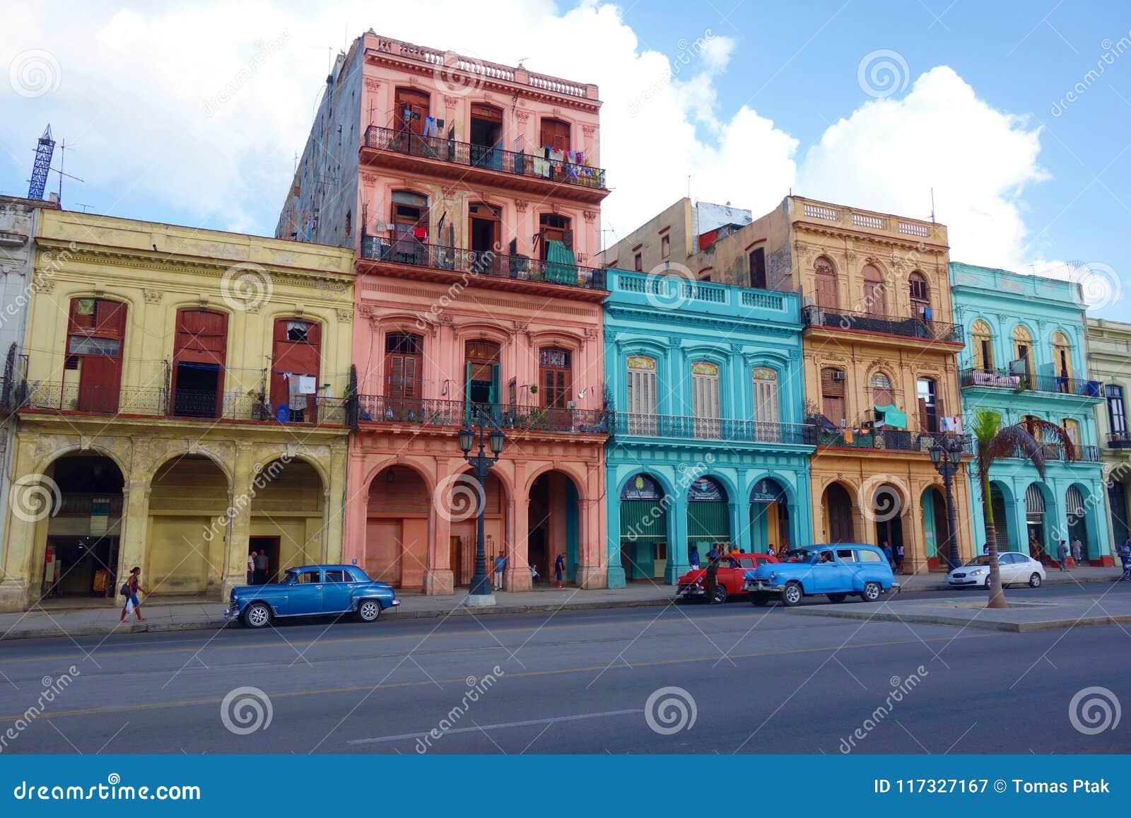 Costruzioni coloniali variopinte con le vecchie automobili d annata, Avana, Cuba