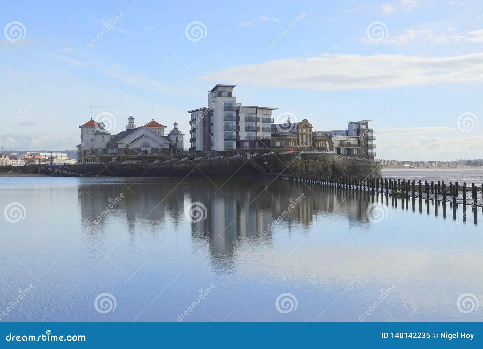 Costruzioni di appartamento moderne sull isola della spiaggia